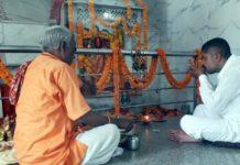 पूर्व में मन्दिर के लिये 7 साल 9 माह 21 दिन तक त्यागे थे अन्न जौनपुर। नगर के सिपाह मोहल्ले में चौरा माता मन्दिर के निर्माण के लिये लगभग 8 साल तक अन्न त्यागने वाले समाजसेवी लाल बहादुर यादव 'नैपाली' ने एक और संकल्प उठा लिया। इस बार उनका संकल्प कोरोना वायरस के रूप में फैली महामारी की समाप्ति का है जिसको लेकर उनका कहना है कि जब तक महामारी पूरी तरह से समाप्त नहीं होगी, तब तक वह अन्न नहीं ग्रहण करेंगे। इसी को लेकर नगर के अचला देवी घाट पर स्थित मन्दिर प्रांगण में उन्होंने पूरे विधि-विधान से संकल्प उठाया। मन्दिर के पुजारी प्रभु चैतन्य महराज की देख-रेख में प्रभु पंडित ने श्री यादव को संकल्प दिलाया। बता दें कि इसके पहले श्री यादव चौरा माता मन्दिर के निर्माण को लेकर 7 साल 9 महीने 21 दिन तक अन्न त्यागे थे। श्री यादव सिपाह वार्ड की सभासद प्रभावती देवी के पुत्र हैं जो श्री लक्ष्मी पूजा महासमिति के महासचिव सहित तमाम सामाजिक व धार्मिक संगठनों से जुड़कर समाजसेवा करते हैं। इस अवसर पर श्री लक्ष्मी पूजा महासमिति के अध्यक्ष चन्द्रशेखर निषाद बबलू, समाजसेवी संतोष यादव, शिक्षक राजेन्द्र यादव, चित्रसेन यादव, गौतम यादव, कपिल यादव, सतीश मौर्य, मोहित गुप्ता, सुरेश कुमार सहित तमाम गणमान्य लोग सोशल डिस्टेंस का पालन करते हुये मौजूद रहे।