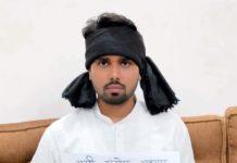 जौनपुर। अल्पसंख्यक कांग्रेस के जिलाध्यक्ष रेयाज अहमद ने नगर के मीरपुर में स्थित अपने आवास पर प्रदेश कांग्रेस अध्यक्ष अजय कुमार लल्लू की रिहाई को लेकर एक दिवसीय उपवास रखा। साथ ही अपने माथे पर काली पट्टी बांधकर विरोध जताते हुये प्रदेश अध्यक्ष की रिहाई की मांग किया। ज्ञात हो कि बीते 21 मई को कांग्रेस महासचिव प्रियंका गांधी द्वारा उत्तर प्रदेश सरकार को श्रमिकों के यात्रा हेतु 1000 बसों को देने की पेशकश पर लखनऊ में प्रदेश अध्यक्ष की गिरफ्तारी हो जाती है। इसका विरोध कार्यकर्ताओं द्वारा जगह-जगह लगातार किया जा रहा है। महामारी के चलते जिला प्रशासन द्वारा मीरपुर में ही कोरोना अस्पताल बनाया गया है जहां कोरोना के मरीजों का उपचार हो रहा है। इसके चलते अल्पसंख्यक कांग्रेस के जिलाध्यक्ष रेयाज अहमद ने अपने आवास पर ही एक दिन का उपवास रखकर विरोध करते हुये प्रदेश कांग्रेस अध्यक्ष की रिहाई की मांग किया।