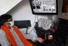 वाराणसी, रोहनिया। कोरोना वायरस को रोकने के लिए लागू लाँक डाउन के बीच में प्रधानमंत्री ने लोगों से की मन की बात। आशुतोष कुमार मीडिया प्रभारी भाजपा रोहनियाँ मंडल ने बताया कि हमारे मंडल के सभी पदाधिकारी एवं कार्यकर्ता गण सोशल डिस्टेंसिंग और लाँक डाउन का पालन करते हुए अपने अपने आवास पर प्रधानमंत्री मोदी के मन की बात को सुना जिसमें मंडल अध्यक्ष विक्रम पटेल, महामंत्री द्वय, अवधेश उपाध्याय, वीरेंद्र सिंह, मंडल उपाध्यक्ष मूलचंद बिंद, रमाशंकर गुप्ता, मंडल मंत्री संदीप केसरी, अजय पाल, प्रकाश भारती, सुभाष गुप्ता, सेक्टर प्रमुख रमेश चंद्र गुप्ता, राजबहादुर राजभर, राम लखन पटेल, सेक्टर संयोजक शिवानंद ऊर्फ कैलाश एवं अनिल सेठ प्रमुख रूप से थे। इस दौरान प्रधानमंत्री मोदी ने बताया कि देश में इकोनाँमी का एक बड़ा हिस्सा फिर से खुल गया है ऐसे में कोई ढिलाई नहीं होनी चाहिए मोदी जी ने कहा कि गांव में हमारी बेटियां हजारों की संख्या में मास्क बना रही है कितने ही उदाहरण रोजाना दिखाई एवं सुनाई देते हैं मोदी जी ने यह भी कहा कि कोरोना की दवा पर हमारे लैबो में जो कार्य हो रहा है उस पर पूरी दुनिया की नजर है।