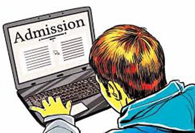 जौनपुर। कोरोना वायरस संक्रमण को लेकर सरकार द्वारा पहले ही प्राथमिक से लेकर उच्च शिक्षा तक के शैक्षिक संस्थान 15 मई तक बन्द  रखने का निर्देश दिया गया था। पहली अप्रैल से नया शैक्षिक सत्र प्रारम्भ हो चुका है। लाूक डाउन के दौरान विद्यालयों में प्रवेश के साथ पठन-पाठन की समस्या उत्पन्न हो गयी थी। सरकार के आदेश से जहां आनलाइन शिक्षा व्यवस्था की पहल शुरू की गयी, वहीं नये तथा अगली कक्षा में बच्चों के प्रवेश की व्यवस्था भी आनलाइन लिंक के माध्यम से शुरू कर दी गयी है। खण्ड विकास अधिकारी राज नारायण पाठक के मार्गदर्शन में इंग्लिश मीडियम प्राथमिक एवं अभिनव पूर्व माध्यमिक विद्यालय डीह अशरफाबाद में आनलाइन नामांकन विद्यालय के लिंक के माध्यम से प्रारम्भ किया गया है। यह जानकारी पूर्व माध्यमिक विद्यालय के प्रधानाध्यापक दुष्यन्त मिश्र एवं प्राथमिक विद्यालय के प्रधानाध्यापक राधेश्याम ने संयुक्त रूप से देते हुये बताया कि विद्यालय में आनलाइन व्यवस्था से बच्चों को पढ़ाने का कार्य हो रहा है। विद्यालय के सभी शिक्षक आनलाइन शिक्षा एवं प्रवेश में पूरे मनोयोग से लगे हुये हैं।