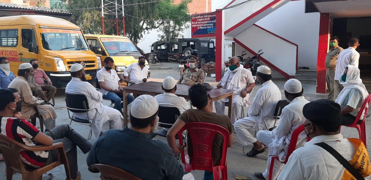 चंदन अग्रहरि शाहगंज, जौनपुर। स्थानीय कोतवाली परिसर में अलविदा नमाज व ईद के मद्देनजर कोतवाली निरीक्षक जय प्रकाश सिंह की अध्यक्षता में शान्ति समिति की बैठक हुई। इस मौके पर बताया गया कि जुमे की नमाज व ईद पर सामूहिक रूप से नमाज आयोजित नहीं होगा। वहीं पहले की तरह चल रही व्यवस्था ही चलेगी। उसमें किसी तरह की ढील नहीं रहेगी। वैश्विक महामारी अब सबरहद तक पहुंच गया है। लिहाजा ज्यादा सावधानी की आवश्यकता है। इस अवसर पर चेयरमैन प्रतिनिधि प्रदीप जायसवाल, एखलाक अहमद, मकसूद हसन, मौलाना सालिम, मौलाना शाकिब, रियाज अहमद, नियाज अहमद, देवी प्रसाद चौरसिया, लाल बहादुर सोनी, सर्वेश चौरसिया, अनुराग मिश्रा, गनेश चौहान आदि मौजूद रहे।