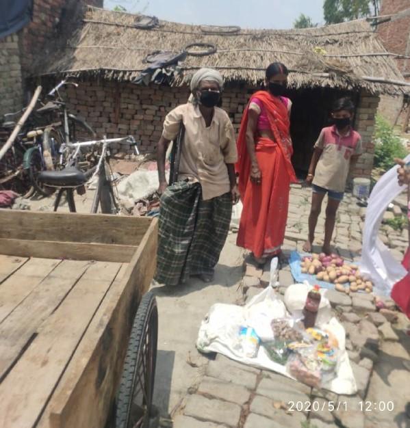 अरसद खान खेतासराय, जौनपुर। आजाद शिक्षा केंद्र व इंस्टीट्यूट फॉर सोशल डेमोकेसी के संयुक्त प्रयास से परियोजना क्षेत्र के विकास खण्ड शाहगंज (सोंधी) के 12 गांँव में से मनेछा, शेखपुर, मंसूर अली, रुधौली, मझौरा, सोंधी सहित आदि गाँव में संस्था द्वारा संचालित स्वयं सहायता समूह व समुदाय में वैश्विक महामारी व लाक डाउन के दौरान भूख के कगार पर पहुंँच गये 15 परिवारों को राहत सामग्री वितरित किया। स्वयंसेवी संस्थाओं ने जरूरतमंद लोगों में आटा, चावल, चना, तेल, दाल, सोयाबीन, जीरा मसाला, हल्दी, पारले, साबुन, नमक, प्याज, चीनी,आलू पहुंँचा कर अपनें दायित्व को पूरा किया साथ ही समूह व समुदाय के लोगों को मास्क वितरित किया। समाजसेविका ज्योतिका श्रीवास्तव ने बताया कि इसी प्रकार से संस्था अपनी सेवाएं जरूरतमंदों तक पहुंँचाता रहेगा तथा अपने लक्ष्य को पूरा करेंगे। भूख से बचाने के लिए संस्था अन्य संस्थाओं सहयोगीयों तथा शुभचिंतकों से भी मदद करने का आग्रह किया है। जिससे क्षेत्र में किसी भी इंसान को भूखा ना सोना पड़े। इस अवसर पर आजाद शिक्षा केंद्र के ट्रस्टी हरिराम मिल ने संस्था के कार्य के बारे में कहा कि जबसे इस संस्था कि नीव पड़ी है तब उसे संस्था जरूरतमंदों की सहायता के आगे बढ़कर कार्य कर रही है और आगे भी करती रहेगी। इस नेंक कार्यक्रम में सुफियान अहमद, बीनू, बृजेश यादव आदि लोगों नें सहयोग किया।