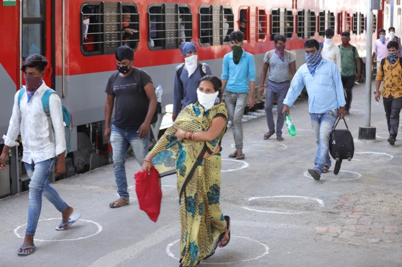 जौनपुर।  वडोदरा से चली स्पेशल ट्रेन शुक्रवार दोपहर में जौनपुर जंक्शन पर पहुंची। ट्रेन में पूर्वांचल के कई जिलों के कुल मिलाकर 1257 यात्री सवार थे। जौनपुर स्टेशन पर प्रशासन द्वारा सभी का टेस्ट किया गया और उन्हें चाय नास्ता कराने के बाद बसों के जरिये उनके जनपद भेज दिया गया। ट्रेन में सवार यात्रियों ने बताया कि उनसे ट्रेन में बैठने से पहले ही 610 रुपए लिए गए थे और रास्ते में सिर्फ पानी मिला। घर वापसी की खुशी उनके चेहरों पर साफ दिखाई पड़ रही थी। कोरोना काल में अन्य प्रदेशों में फंसे लोगों को अपने घरों तक पहुंचाने के लिए सरकार द्वारा ट्रेनें चलाई जा रही है। ट्रेन एक स्थान से प्रारंभ होकर एक निश्चित स्थान पर जा कर ही रुक रही है। ऐसे में जौनपुर जिला प्रशासन को सूचना मिली कि 8 मई को वडोदरा से 1257 यात्रियों को लेकर एक ट्रेन जौनपुर आ रही है जिसमें कई जिलों के लोग सवार है। सूचना मिलते ही जौनपुर जिला प्रशासन सक्रिय हुआ और जौनपुर स्टेशन पर तैयारियां की गई। प्लेटफार्म पर 1 मीटर की दूरी पर गोले बनाये गए। जैसे ही ट्रेन शुक्रवार दोपहर जौनपुर पहुंची तो एक एक डिब्बे में से यात्रियों को बाहर निकाला गया। प्लेटफार्म पर मौजूद डॉक्टरों की टीम ने सबका स्वास्थ्य परीक्षण किया। डीएम दिनेश कुमार सिंह ने बताया कि ट्रेन में पूर्वांचल के जिलों के कुल 1257 यात्री सवार है जिसमें जौनपुर के 729 लोग हैं। डीएम ने बताया कि सभी का जांच कराके जो स्वस्थ है उन्हें चाय नास्ता कराकर बसों द्वारा उनके जनपद भेजा जा रहा है और जौनपुर के लोगों को मोहम्मद हसन इंटर कॉलेज में क्वॉरेंटाइन में रखा जाएगा। ट्रेन में यात्रा करने वाले लोगों ने बताया कि उन्होंने 1077 पर फोन कर अपने फंसे होने की जानकारी दी थी जिसके बाद उन्हें फोन आया और फिर उन्हें बताया गया कि कैसे ट्रेन मिलेगी। इस दौरान जब उन्हें स्टेशन ले जाने के लिए बस में बिठाया गया तभी उनसे 610 रुपए ले लिए गए थे। यात्रियों ने बताया कि ट्रेन में उन लोगों को कोई परेशानी नहीं हुई। फिलहाल जौनपुर में जिला प्रशासन द्वारा सभी को चाय नास्ता कराके बसों में भी नास्ते की व्यवस्थ के साथ उन्हें उनके जनपद के लिए भेज दिया गया।
