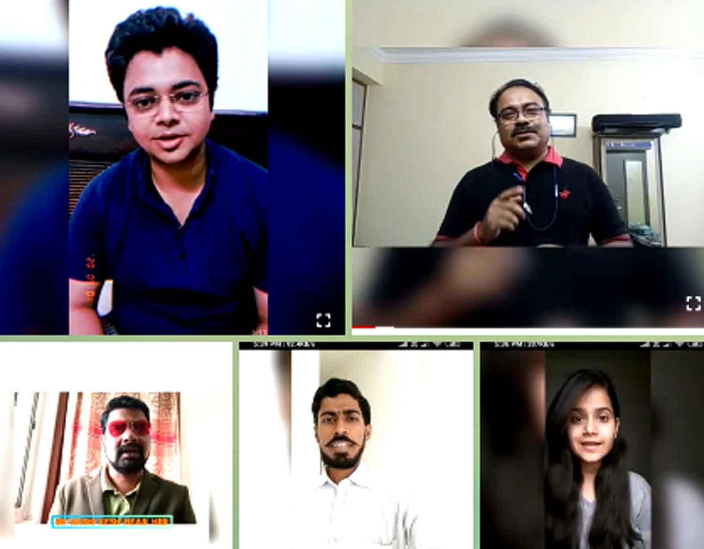 जौनपुर। पूर्वांचल विश्वविद्यालय के एचआरडी विभाग के छात्रों ने लॉकडाउन में सभी के मनोबल को बढ़ाने के लिए प्राध्यापक अनुपम कुमार की अगुवाई  में अपने अपने घरों से वीडियो सन्देश के माध्यम से कोरोना के लिए जागरूकता का संदेश दिया। इस वीडियो सन्देश को बनाने में अनुपम कुमार ने वरिष्ठ छात्रों की टीम में सारिका, अमन, करन, जागृति, रीति, विपुल और प्रांजलि उपाध्याय को कमान सौंपी थी। प्रमुख सन्देश देने वालो में विभागाध्यक्ष डॉ. रसिकेश ने कहा कि सब लोग घरों में ही रहें, फिर से वो दिन आएंगे जब हम सब खुले में एकत्रित होंगे, पढ़ेंगे और पढ़ाएंगे, गप्पे लगाएंगे। प्राध्यापक व डीन प्रो. अविनाश पाथर्डीकर ने छात्रों को घरों में रहकर पठन पाठन करना चाहिए। प्राध्यापक अनुपम कुमार ने छात्रों को घरों में रहकर ही हम कोरोना से बेहतर तरीके से लड़ सकते हैं। प्राध्यापक अभिनव श्रीवास्तव ने छात्रों में जोश भरा और धैर्य बनाये रखने को कहा। शोध छात्रा अलका सिंह ने छात्रों को प्रेरित किया और प्रियम सेठ ने भी छात्रों का मनोबल बढ़ाया। कक्षा प्रतिनिधि वरिष्ठ वर्ग जागृति सिंह ने सीनियर छात्रों की अगुवाई की और कनिष्ठ वर्ग में साक्षी सिंह ने जूनियर छात्रों संग मोर्चा संभाला। छात्रों में अमन, करण, निधि, रश्मि, शिखा, शिवानी, शिवांगी, विपुल, प्रियांशु, सारिका, अंकिता, मोनिका, तृप्ति, अतुल, सिद्धार्थ, गौरव, अनूप, विवेक, विशाल, वर्षा, रुक्सार, साहिल, फिरदौस, दीपिका, पूनम आदि ने अपने वीडियो संदेश भेंजे। प्रियांशू त्रिपाठी ने कविता और रीति सिंह ने कविताएं सुनाकर सबका उत्साह बढ़ाया। गौरतलब है कि एचआरडी विभाग ने एक टीम की तरह लॉकडाउन में काम किया। ऑनलाइन क्लास के अलावा यू ट्यूब, व्हाट्सएप, ई मेल के माध्यम से छात्रों के अध्ययन अध्यापन में कोई रुकावट नहीं आई। विभागाध्यक्ष डॉ. रसिकेश ने सभी को धन्यवाद ज्ञापित किया और सभी को राज्य और केंद्र सरकार की गाइडलाइन का पालन करने को प्रेरित किया।