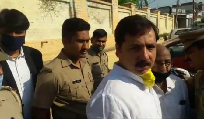 जौनपुर। जौनपुर के दिग्गज नेता पूर्व सांसद धनंजय सिंह को रविवार की रात लगभग दो बजे पुलिस ने उनके कालीकुत्ती आवास  से गिरफ्तार कर लिया। उनके ऊपर प्रोजेक्ट मैनेजर के अपहरण और धमकाने का आरोप लगा है। इस मामले में धनंजय सिंह ने राज्यमंत्री गिरीश चंद्र यादव पर उन्हें फंसाने का आरोप लगाया है। प्राप्त जानकारी के अनुसार लाइन बाजार थाने की पुलिस रविवार की रात 2 बजे पूर्व सांसद धनंजय सिंह के आवास पर छापेमारी की और उन्हें गिरफ्तार कर लिया। उनकी गिरफ्तारी से सोमवार की सुबह पूर्वांचल की राजनीति में हड़कम्प मच गया। आरोप हैं कि नगर में चल रहे सीवर ट्रीटमेंट प्लांट के मैनेजर अभिनव सिंघल ने लाइन बाजार थाने में तहरीर दी थी कि पूर्व सांसद धनंजय सिंह ने अपने लोगों से जबदस्ती मुझे अपने आवास पर बुलाकर धमकाया और जान से मारने की धमकी दी। इस पर कार्रवाई करते हुए लाइन बाजार समेत आधा दर्जन थानों की पुलिस ने रविवार की रात पूर्व सांसद धनंजय सिंह के आवास पर छापेमारी कर उन्हें गिरफ्तार कर लिया। सोमवार को उन्हें CGM न्यायालय में पेश किया गया जहां से उन्हें 14 दिन की न्यायिक हिरासत में जेल भेज दिया गया। पूर्व सांसद धनंजय सिंह ने मीडिया से बात करते हुए पूरे मामले को राजनीतिक साजिश ठहराया। उन्होंने कहा कि राज्यमंत्री गिरीश चंद यादव उनकी लोकप्रियता से घबरा गये थे। लॉकडाउन से ही धनंजय सिंह की टीम कोरोना महामारी से पीड़ित लोगों की सहायता में जुटी है। धनंजय सिंह ने कहा कि राज्यमंत्री उनकी इस लोकप्रियता से घबराकर उन्हें राजनीतिक साजिश के तहत फंसाया है। मेरी लोकप्रियता से भाजपा और मंत्री डरे हुए हैं।