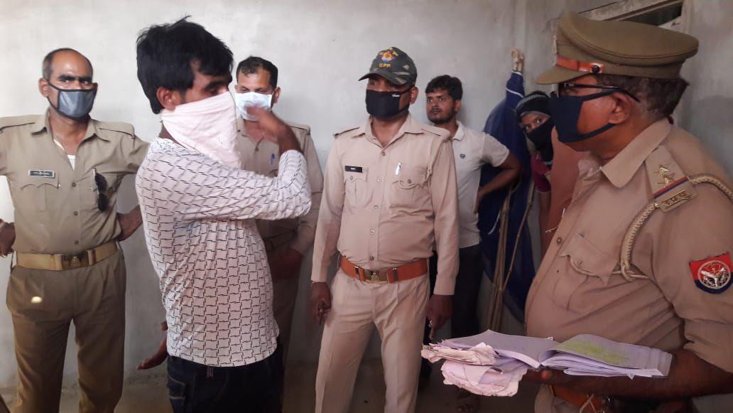 सौरभ सिंह सिकरारा,  जौनपुर। स्थानीय थाना क्षेत्र के रीठी, गड़रहा गांव में शुक्रवार दोपहर एक युवती ने फांसी लगाकर आत्महत्या कर ली। जानकारी मिलने पर परिजनों में कोहराम मच गया। प्राप्त जानकारी के अनुसार उक्त गांव निवासी तिलकधारी यादव अपने पुत्री पूनम यादव (29) की शादी वर्ष 2010 में ग्राम धनियामऊ के अगड़ौड़ा गांव में शादी किया था। किसी कारणों बस 2017 में उसका अपने पति से संबंध विच्छेद हो गया था, तभी से वह अपने मायके में माता-पिता के साथ रहते हुए अवसादग्रस्त हो गई थी। आज दोपहर वह अपने कमरे में साड़ी का फंदा पंखे में लगाकर मौत को गले लगा लिया। उस समय सभी परिजन पाही पर चले गए थे। तभी तकरीबन 2 बजे उसकी मां अमरावती देवी व भाई राहुल घर पहुंचे तो उक्त दृश्य देखकर अवाक रह गए। रोने-चिल्लाने की आवाज सुनकर मौके पर पहुंचे पड़ोसियों ने शव को पंखे से नीचे उतारा। घटना की सूचना पुलिस को दी, मामले की जानकारी मिलते ही घटना स्थल पर पहुंची सिकरारा पुलिस ने आवश्यक लिखा पढ़ी करके शव का पंचनामा करके पीएम के लिए भेज दिया।