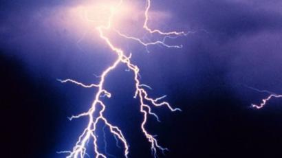 जौनपुर। सरायख्वाजा थाना क्षेत्र के जासोपुर गांव में आधी-तूफान के बीच आकाशीय बिजली गिरने से भैंस समेत दो मवेशी की मौत हो गयी जबकि 4 अन्य मवेशी झुलस गये। जानकारी के अनुसार मंगलवार को भोर में आंधी-तूफान के साथ घनघोर बारिश हुई। इसी दौरान आकाशीय बिजली देवकली व जासोपुर गाव में गिरी जहां सरिता देवी यादव के एक भैंस की तत्काल मौत हो गयी जबकि 3 भैंस झुलस गयी। वहीं थोड़ी दूर पर सफेदा बगीचे में बैठी एक नीलगाय की मौत हो गयी तथा एक नीलगाय झुलस गयी। इसके अलावा गड़ऊर में गुजरने वाली विद्युत पोल व पेड़ पर भी बिजली गिरी जिससे दोनों क्षतिग्रस्त हो गये। इसके साथ कुछ रियासी मड़हे भी छतिग्रस्त हो गये। मृत मवेशियों का किसानों ने अंतिम संस्कार कर दिया। वहीं किसान राजेन्द्र यादव, दूधनाथ, डा. कन्हैया कुमार ने बताया कि मवेशियों के साथ सब्जी की फसलों का भारी नुकसान हुआ है।