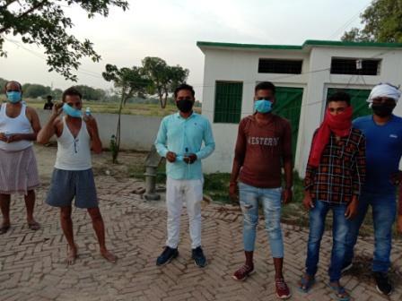 दिलीप कुमार थानागद्दी, जौनपुर। स्थानीय क्षेत्र थाना गद्दी चौकी के अंतर्गत ग्रामसभा छतरीपुर के भावी प्रधान पद प्रत्याशी तहसीलदार यादव ने सोशल डिस्टेंसिंग का पालन करते हुए लोगों को मास्क वह सैनिटाइजर वितरण किया गया। वितरण की शुरुआत प्राथमिक पाठशाला छतारीपुर 3 से शुरू किया गया। मुंबई से आए विजय नारायण मिश्रा, रमेश चंद्र मौर्य, दिलीप यादव, बिहारी मौर्य सहित अन्य लोगों को अपने हाथों द्वारा सैनिटाइजर और मास्क का वितरण किया गया, और लोगों से उनकी हालचाल जाना, और कहा कि आप लोगों को किसी प्रकार की समस्या होती है मुझे एक कॉल करें मैं आप लोगों को सभी सुविधाएं उपलब्ध कराऊगा। श्री यादव से पूछे जाने पर उन्होंने बताया कि हमें गांव की सेवा करनी है और गांव को ऊंचाई तक ले जाना है, गरीब असहाय की सेवा करना मेरे मन को सुकून मिलता है। सेवा ही पूजा है सेवा ही मेरा धर्म है। इसी बाबत कुछ युवाओं से बात करने का मौका मिला, तो उन लोगों ने बताया कि हमारी भावी प्रधान युवा एवं जांबाज व्यक्तित्व के धनी हैं। ऐसे ही व्यक्ति गांव को आगे बढ़ा सकते हैं, इस बार हम लोगों का पूरा सहयोग श्री यादव जी के साथ होगा। इस अवसर पर युवा समाजसेवी धीरज यादव, शशांक मिश्रा, सौरव मिश्रा, सजल यादव सहित अन्य लोग उपस्थित रहे।