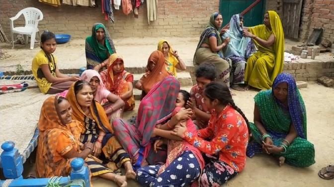 जलालपुर, जौनपुर। स्थानीय थाना क्षेत्र के इस्मैला गांव के मौर्य वस्ती तथा राजभर वस्तीके बीच 4 दिन पूर्व हुए आम तोड़ने के विवाद को  लेकर सोमवार की रात्रि लगभग 7:00 बजे एक युवक की लाठी-डंडे से पीट-पीटकर मौत के घाट उतार दिया तथा 4 लोग गम्भीर रूप से घायल हो गये। पुलिस ने शव को अपने कब्जे में लेकर पीएम हेतु भेज दिया। बता दे कि नयनेश मौर्य गेहूं पिसा कर चंद्रमा राजभर के दुकान के पास पहुंचा था कि सूरज राजभर पुत्र उमेश राजभर अरविंद राजभर पुत्र सोभनाथ संदीप राजभर पुत्र विजई राजभर हरी राजभर पुत्र राजदेव प्रेमसागर उर्फ धीरज पुत्र राम लौटन तथा विनोद राजभर मारने पीटने लगे। नयनेश के शोर मचाने पर मौर्य वस्ती के अंतिम मौर्य पुत्र रामनरेश जय हिंद पुत्र अशोक मौर्य प्रवीण मौर्य तथा संजय पुत्र मिढ़ई अवधेशमौर्य पुत्र साहब लाल मौके पर बीच बचाव करने पहुंचे तो उन लोगों ने इन सभी पर धावा बोल दिया और मारपीट कर गम्भीर रूप से घायल कर दिया। परिजनों ने स्थानीय थाने पर सूचना देते हुए सभी घायलों को सामुदायिक स्वास्थ्य केन्द्र रेहटी लाए जहां पर प्राथमिक उपचार के बाद अवधेश की गम्भीरावस्था को देखते हुए डॉक्टरों की टीम ने जिला अस्पताल के लिए रेफर कर दिया जिला अस्पताल पहुंचते ही डाक्टरों की टीम ने अवधेश को मृतक घोषित कर दिया। पुलिस ने शव को अपने कब्जे में लेकर पोस्टमार्टम हेतु भेज दिया। परिजनों की तहरीर के आधार पर पुलिस ने 6 लोगों के विरुद्ध मुकदमा पंजीकृत करते हुए 2 लोगों को मौके से गिरफ्तार कर लिया सूचना पर क्षेत्राधिकारी केराकत अजय कुमार श्रीवास्तव जफराबाद थानाध्यक्ष मदनलाल के अलावा कई थानों की पुलिस फोर्स मौके पर पहुंच कर आवश्यक कार्रवाई में जुट गई है। मृतक के पिता मुम्बई में रहते है। मृतक मुम्बई से विगत 22 अप्रैल को अपने घर आया हुआ था। मृतक एक भाई तथा एक बहन थे। मौत की खबर लगते ही परिजनों में कोहराम मच गया तथा गाव मे शोक की लहर ब्याप्त हो गयी। मृतक की माँ ऊषा राजभर का रो-रोकर बुरा हाल था। घटना की सूचना पाते ही मृतक के पिता मुंबई से घर के लिए रवाना हो चुके हैं। घटना के बावत क्षेत्र में दहशत का माहौल कायम है।