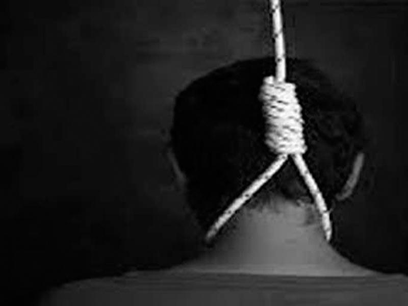 चंदन अग्ररि शाहगंज, जौनपुर। क्षेत्र के छताई कलां गांव निवासी युवक ने सोमवार की रात अपने कमरे में लगे पंखे के सहारे गमछे से  फांसी लगाकर आत्महत्या कर ली। मंगलवार की सुबह स्वजन जगे तो घटना की जानकारी हुई। सूचना पर पहुंची पुलिस ने शव को कब्जे में लेकर आत्महत्या के कारणों के बारे में जांच कर रही है। क्षेत्र के छताई कला गांव में मंगलवार की सुबह ऋषभ 19 पुत्र ओमकार सिंह का शव कमरे में लगे पंखे के सहारे गमछा के फंदे में लटकता मिला। स्वजनों ने आनन-फानन में शव को नीचे उतारा तो वह मृत पड़ा मिला। सूचना पर पहुंची कोतवाली पुलिस ने शव को कब्जे में लेकर पोस्टमार्टम हेतु भेजते हुए घटनास्थल का मुआयना कर आत्महत्या के कारणों के बारे में जांच कर रही है।