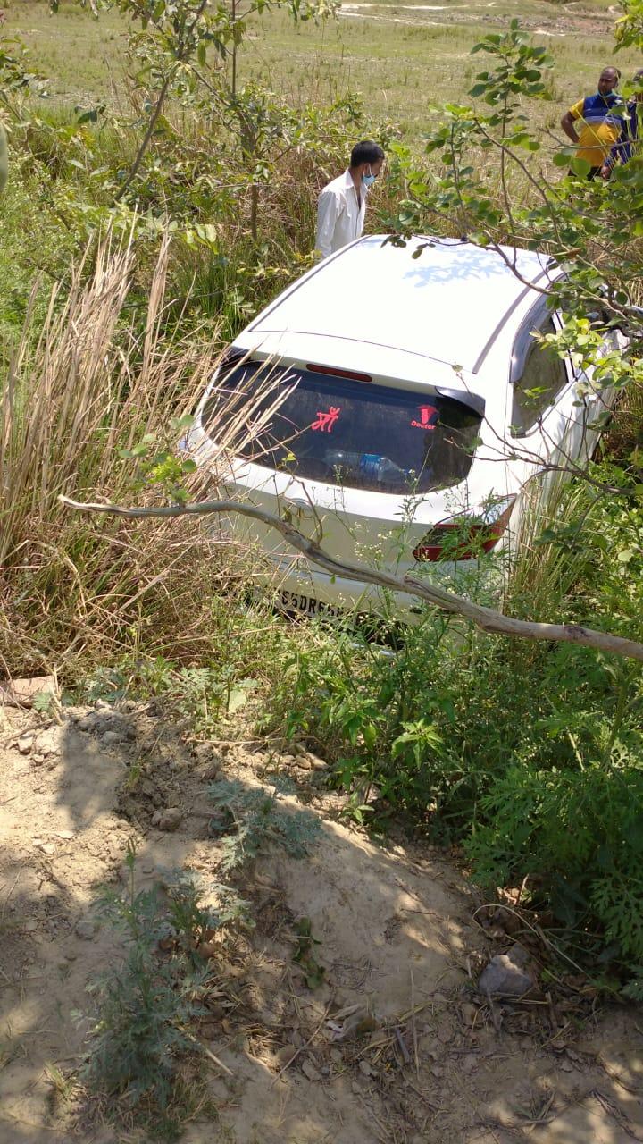 मीरगंज, जौनपुर। स्थानीय क्षेत्र के जंघई मछलीशहर मार्ग पर स्थित बभनियांव उत्तर का पूर्वा गांव स्थित शारदा सहायक खण्ड 39 की  पटरी पर कुत्ते को बचाने के प्रयास में टाटा हेक्सा कार पलट कर गहरे खड्ड में जा गिरी। जिसमे बैठे डॉक्टर समेत दो अन्य आंशिक रूप से घायल हो गए। मड़ियाहूं थाना क्षेत्र के मुकुंदपुर गाँव निवाासी व नेवढ़िया स्थित हास्पिटल के डॉ विवेक पटेल अपने दो साथी मनोज पटेल व रामसिंह पटेल के साथ जंघई किसी काम से आये थे। वापसी में जंघई मछलीशहर मार्ग पर कुत्ता बचाने के प्रयास में वृहस्पतिवार की सुबह कार पलट गई। ग्रामीणों ने ट्रैक्टर की सहायता से खींच कर वाहन को बाहर निकलवाया।तीनों को सुरक्षित देख लोगों ने उन्हें घर भेज दिया।