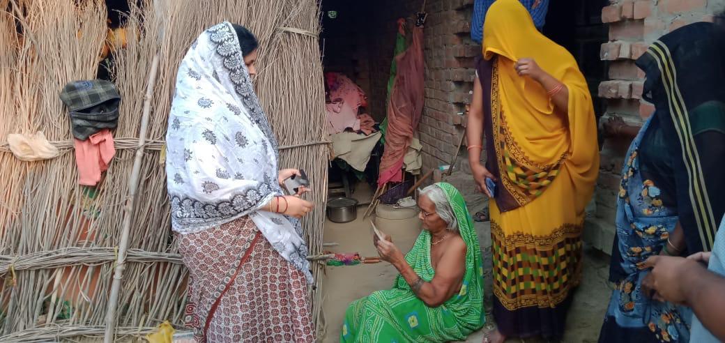 मड़ियाहूँ, जौनपुर। नेवढ़िया थाना क्षेत्र के अंतर्गत जवंशीपुर गांव में बच्चों की गुल्ली डंडा खेलने में हुए मामूली विवाद को अनावश्यक रूप से बड़ा करने का कार्य कुछ अराजकतत्व द्वारा किया गया। दोनों पक्ष द्वारा बच्चों के विवाद के बाद अन्य लोगों ने जमकर पथराव किया जिसमें कुछ लोग घायल हो गए साथ ही कुछ महिलाओं को भी चोट आयी है। सही समय पर नेवढ़िया थाना अध्यक्ष के द्वारा उचित न्याय संगत कार्रवाई किया गया होता तो गांव की हालत खराब न होती सोमवार को मड़ियाहूँ विधायक डाक्टर लीना तिवारी गांव में पहुंचकर गांव वालों की आर्थिक मदद की और गाँव के लोगों से मिलकर शांति की अपील की लोगों ने बताया कि विवाद के बाद एसओ नेवढ़िया को सूचना देने पर कोई कार्रवाई न कर दोनों पक्ष के धारा 151 में पाबंद कर छोड़ दिया। जिससे गांव का माहौल खराब हुआ गांव में भय का माहौल बनाया जा रहा है जिससे गांव के लोग पलायन को मजबूर हो रहे हैं इस पर। मड़ियाहूँ विधायक डॉक्टर लीना ने उच्चअधिकारियों से बात कर मामले से अवगत कराया और किया कि मामले को संज्ञान में लेकर उचित कार्रवाई करें।