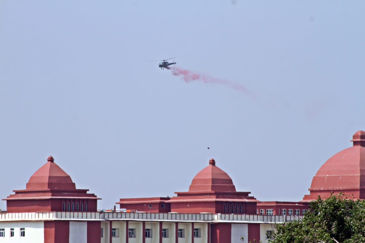 जितेंद्र चौधरी वाराणसी। आज पूरे देश में कोरोना वैश्विक महामारी से निपटने के लिए रात-दिन एक किए कोरोना योद्धाओं विशेषकर डॉक्टरों एवं पैरामेडिकल स्टाफ का केन्द्र सरकार के आह्वान पर वायु सेना द्वारा सम्मान किया जा रहा हैं। वाराणसी में भी कोरोना योद्धाओं का सम्मान हेलीकॉप्टर से पुष्प वर्षा कर किया गया। बाबतपुर हवाई अड्डा से उड़ान भरकर हेलीकॉप्टर ने पंडित दीनदयाल उपाध्याय राजकीय चिकित्सालय, राज्य कर्मचारी बीमा निगम अस्पताल ईएसआई, सर सुंदरलाल अस्पताल बीएचयू एवं स्पेशलिटी अस्पताल बीएचयू के ऊपर से कई राउंड उड़ान भरते हुए कोरोना योद्धाओं पर पुष्प वर्षा किया। वास्तव में ऐसा सम्मान डॉक्टरों एवं पैरामेडिकल स्टाफ का इससे पहले कभी नहीं किया होगा। जैसे ही हेलीकॉप्टर की गड़गड़ाहट की आवाज अस्पताल परिसर में मौजूद एवं आसपास रहने वाले लोगों के कानों तक पहुंची उनकी आंखें नीली आसमान की ओर टिक गयीं और जैसे ही उन पर करने पुष्प वर्षा किया। उनका दिल ऐसा अभूतपूर्व एवं अविस्मरणीय सम्मान प्राप्त कर बाग-बाग हो गया। कोरोना योद्धाओं के सम्मान पुष्प वर्षा करने के लिए कारी कौशल राज शर्मा के निर्देश पर 400 किलो अथार्त चार कुंतल गुलाब की पंखुड़ियों की व्यवस्था किया गया था।