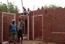 सचिन समर जौनपुर। बीते दिन ग्राम समाज जमीन पर अवैध कब्जा कर रहे भूमाफिया को कोबरा पुलिस के रोके जाने के बाद भी वह निर्माण कार्य तेजी से कर रहे हैं। थाना लाइन बाजार क्षेत्र के रंजीतपुर गांव में हुई चकबन्दी के बाद से जमीन के बंटवारे में जमकर घोटाला हुआ है। इसी संदर्भ में कुछ लोग ग्राम समाज जमीन को बेचकर अवैध निर्माण करवा रहे हैं। पिछले हफ्ते से ट्विटर पर की गई शिकायत और तेजस टूडे न्यूज़ पोर्टल पर प्रसारित ख़बर के बाद मौके पर पहुंच कर पुलिस ने अवैध कार्य को रोका था लेकिन प्रशासन में मजबूत पकड़ स्थापित करने वाला भूमाफिया दोबारा उसपर लग गया और शिकायतकर्ता को मारने की भी धमकी दे रहा है। यह कार्य कुछ मठाधीश मिलकर करवा रहे हैं जो ग्रामीणों को मारने पीटने की धमकी भी दे रहे हैं। इस मामले को लाइन बाजार पुलिस हल्के में ले रही, उत्तर प्रदेश में बढ़ते अराजकता को देखते हुए अगर इस पर पहले से एक्शन नहीं लिया गया तो यह उत्तरप्रदेश प्रशासन की बड़ी विफलता होगी।