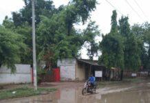 अतुल राय जलालपुर, जौनपुर। क्षेत्र के ग्रामसभा मोजरा कुशियां के बीच बसी बाजार कुशियां जो क्षेत्रीय बाजार है में डॉक्टर बीके यादव के सामने पक्की सड़क पर आना जाना दुर्लभ हो गया है। क्योंकि पक्की सड़क पर लगभग 2 फुट पानी भर गया है। जिससे लोगों को आने-जाने में काफी कठिनाइयों का सामना करना पड़ रहा है। वहीं पर बाजार की जनता में आक्रोश है कि प्रतिवर्ष हल्की सी वर्षा में ही यह सड़क जल से भर जाती है। लेकिन शासन-प्रशासन के किसी कर्मचारी का ध्यान इसकी तरफ नहीं जाता है। जबकि यह सड़क लोगों को नेवादा परशुरामपुर ईटाये मार्केट होते हुए नेवढिया को निकल जाती है। शिकायत करने वालों में समाजसेवी बेदी राम प्रदीप कुमार अंबेडकर, दिलदार शेख, डॉ बीके यादव, रमेश कुमार जायसवाल, राजेश सिंह, रामजीत मौर्य, बुद्धू सोनकर, रविंद्र कुमार मिश्रा आदि लोगों ने जलभराव होने पर चिंता व्यक्त किया।