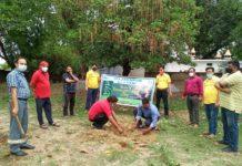 जौनपुर। जेसीआई जौनपुर क्लासिक के पदाधिकारियों ने विश्व पर्यावरण दिवस के अवसर पर पौधरोपण कार्यक्रम का आयोजन किया। जेसीआई क्लासिक के पदाधिकारियों ने विश्व पर्यावरण दिवस पर नगर के अचला देवी घाट पर अध्यक्ष अजय साहू, सचिव सुजीत अग्रहरि एवं कार्यक्रम संयोजक अभिताश गुप्ता के नेतृत्व में पौधरोपण किया। संस्था के सदस्यों ने भिन्न-भिन्न स्थानों पर 100 से ज्यादा पौधे लगाकर पर्यावरण बचाने की मुहिम में अपना योगदान दिया। संकल्प लिया कि सभी सदस्य न केवल स्वयं पौधरोपण करेंगे बल्कि उनके संरक्षण हेतु भी प्रयास करेंगे और दूसरों को भी इस कार्य के लिए प्रेरित करेंगे। सचिव सुजीत अग्रहरि ने सदस्यों के प्रति धन्यवाद ज्ञापित किया।