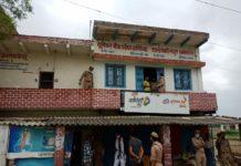 लूट की घटना में 119000 नगद रुपया शामिल दिलीप कुमार थानागद्दी, जौनपुर। क्षेत्र के मखदुमपुर गांव स्थित वक्रांगी केन्द्र से हौसलाबुलंद बदमाशों ने हवाई फायर कर संचालक को आतंकित कर लाखों रुपये लूट कर फरार हो गए। गुरुवार के सुबह सवा आठ बजे थानागद्दी जलालपुर मार्ग स्थित मखदुमपुर स्थित यूनियन बैंक के वक्रांगी केंद्र पर बदमाशों ने हवाई फायर करके लाखो रुपये लूट कर फरार हो गए। वक्रांगी संचालक वीरेंद्र कुमार मौर्य निवासी कनुवानी ने बताया कि रोज की भांति सुबह में अपने सहयोगी राजकुमार के साथ केंद्र की साफ सफाई करने के बाद ग्राहकों से लेनदेन शुरू किया था। एक ग्राहक को पैसे देने के बाद बैठा था। तभी गमछे से मुंह बांधे दो बदमाश अंदर घुस गए। दोनों बदमाशों ने एक नीले हाफ रंग की टीशर्ट और दूसरा सफेद शर्ट पहने हुआ था। सफेद शर्ट वाले बदमाश ने संचालक वीरेंद्र कुमार के कनपटी पर पिस्टल सटा दिया। दूसरे नीले टी शर्ट वाले बदमाश ने सीसी टीवी के डी बी आर और कैमरे को झपट के तोड़ कर हाथ में ले लिया।जान से मारकर धमकी देते हुए कैश एक लाख उन्नीश हजार रूपये लूट लिए गमछे में सभी पैसे बांधकर बाहर निकलते निकलते बदमाशों ने चार राउंड हवाई फायर किए। सीढ़ी के पास खड़े ग्रामीणों ने नीले काले रंग के स्प्लेंडर सवार बदमाशों पर ईंट फेक कर मारे जिससे बदमाशों वक्रांगी केंद्र के नीचे जनरल स्टोर दुकानदार बबलू मौर्या को लक्ष्य साधकर फायर कर दिए आनन फानन में बदमाशों के गमछे से लूट के बावन हजार रुपये वही गिर गए। हौसला बुलन्द बदमाश पराउगंज के तरफ भाग निकले। घटना की सूचना पाकर एसपी जौनपुर अशोक कुमार समेत एडिशनल एसपी केराकत सीओ अजय कुमार श्रीवास्तव, इंस्पेक्टर बिन्द कुमार, चौकी प्रभारी श्रीप्रकाश राय घटना पर पहुँच गए। मामले की छानबीन करने में पुलिस जुटी रही।