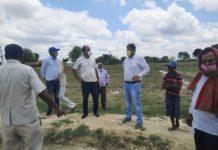 प्राथमिक विद्यालय को जोड़ने वाली चकमार्ग अवरूद्ध पंकज बिंद महराजगंज, जौनपुर। प्राथमिक विद्यालय बरहुपुर को जोड़ने वाली चकमार्ग अवरुद्ध होने के विवाद में नाली पर चकमार्ग बनाने पर सुजीत पाण्डेय पुत्र स्व. लालता प्रसाद के असहमति पर रोक दिया गया था। प्राप्त जानकारी के अनुसार ग्राम प्रधान हरि प्रसाद पाण्डेय के द्वारा प्राथमिक विद्यालय बरहुपुर को जोड़ने वाली चकमार्ग लेखपाल के पैमाइश के बाद मिट्टी डलवाना शुरू हो गया था। जिसको बनवाने में सुजीत पाण्डेय ने अपने खेत के पानी निकासी में नाली पर चकमार्ग बनवाने पर आपत्ति जताई।तहसील में दरख्वास्त देने के बाद एसडीएम अंजनी कर मौके पर पहुँच कर मुआयना करने पहुँचे।जहाँ चकमार्ग में पुलिया व इसके पहले विद्यालय से ही लगी दूसरी चकमार्ग जो पंचायत भवन से होकर पिच रोड में लगी हुई है, शर्त पर उपजिलाधिकारी अञ्जनी कुमार ने आदेशित किया। इस मौके पर ग्रामीण जन मौजूद रहे।