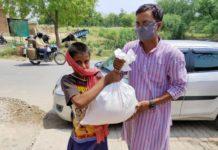 गरीबों में सूखा अनाज सब्जी तेल राहत सामग्री बाँटकर कर बताया कोरोना बचाव के उपाय वाराणसी, रोहनिया। लोक समिति और मुहीम संस्था और आशा ट्रस्ट के नेतृत्व में देउरा गांव की सामाजिक कार्यकर्ता लालमनी देवी द्वारा कोरोना संक्रमण के संकट से हुए लॉक डाउन के दौरान परेशानी से जूझ रहे जरूरतमंद परिवारों को राहत पहुँचाने के अभियान के तहत रविवार को जरूरतमन्द परिवारों को राहत सामग्री वितरित किया। इस नेक पहल नंदलाल मास्टर द्वारा एक परिवार के लिये एक सप्ताह के लिए पर्याप्त चावल, आटा, दाल, सब्जी, तेल, मास्क, बिस्किट, नमक, साबुन एवं अन्य आवश्यक सामग्री दी जा रही है। इसी क्रम में पर मुहिम संस्था की स्वाति सिंह ने लोगों को राहत सामग्री देने के साथ साथ साफ सफाई, बाहर नही निकले और एक दूसरे से उचित दुरी बनाकर रहने की भी अपील किया और कोरोना के प्रारम्भिक लक्षण और उसके बचाव के उपाय की भी जानकारी दिया। इस अवसर पर बालगोविंद राम, सोनी, नन्दलाल मास्टर, स्वाती सिंह, देउरा ग्राम पंचायत सदस्य राजकुमार पाल, रामशंकर राजभर, धनराज गुप्ता, दिलीप पटेल आदि लोग शामिल रहे।