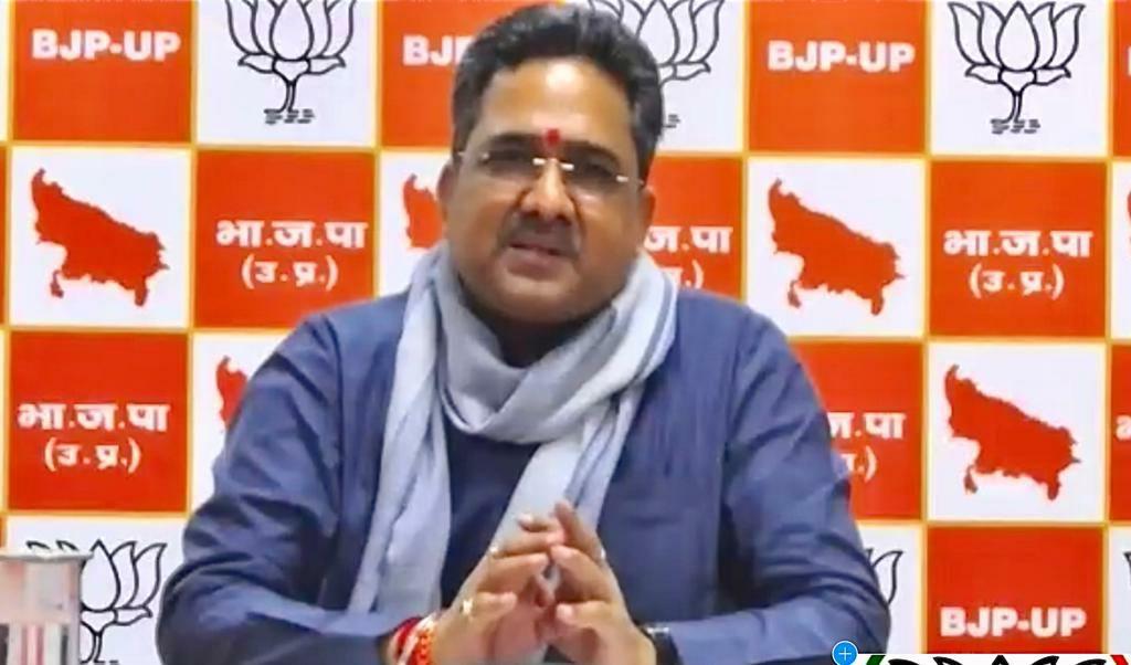जौनपुर। चुनाव कभी भी जाति के आधार पर या दबंगई के आधार पर चुनाव नही लड़ा जाता है बल्कि कार्यकर्ताओं के बल पर लड़ा जाता है अगर हमारा बूथ मजबूत रहेगा तो मल्हनी का चुनाव हम जीतेगे उक्त बातें भारतीय जनता पार्टी के प्रदेश संगठन महामंत्री श्री सुनील बंसल ने मल्हनी विधान सभा के वर्चुअल सम्मेलन में उन्होंने आगे आकर कहा कि कोरोना के इस महामारी में कार्यकर्ता मास्क लगाकर ही निकले उन्होंने कार्यकर्ताओं में जोश भरते हुए कहा कि कार्यकर्ता के बल पर ही चुनाव लड़ा और जीता जाता है। उन्होंने आगे कहा कि 24 जुलाई से 31 जुलाई तक बूथ सत्यापन कराना है जिसको सेक्टर संयोजक, सेक्टर प्रभारी और बूथ अध्यक्ष मिलकर बूथ का सत्यापन करेंगे हमारी बूथ समिति 21 की है जो पूरी होनी चाहिये। उसके बाद 31 जुलाई से 15 अगस्त तक मण्डल अध्यक्ष मण्डल प्रभारी और जिला अध्यक्ष मिलकर सत्यापन करेंगे कार्यकर्ता उज्ज्वला योजना के लाभार्थी की सूची, प्रधानमंत्री आवास की सूची अपने साथ लेकर चले और उनसे घर घर जाकर मिले। उन्होंने कहा कि भारतीय जनता पार्टी के कार्यकर्ता बहुत स्वाभिमानी कार्यकर्ता है परन्तु जब जरूरत पड़ी तो कोरोना महामारी के समय ग़रीबो, मजदूरों के पैर में चप्पल पहनाने का कार्य किया। श्री बंसल ने कहा कि इस कोरोना काल के विपरीत परिस्थिति में IT टीम की बहुत बड़ी जिम्मेदारी है 50-50 परसेंट का कार्य होगा 50 परसेंट कार्यकर्ता घर जाकर कार्य करेंगे तो 50 परसेंट का कार्य तो IT की टीम कार्य करेगी। उन्होंने आगे कहा कि आत्मनिर्भर भारत की परिकल्पना नए प्रकार के विकास का मॉडल है, वर्चुअल सम्मेलन कार्यक्रम में उन्होंने चुनौती को अवसर में बदलने का आह्वान किया। आत्मनिर्भर भारत निर्माण में जितनी भागीदारी शहरों की है, उतनी ही गांवों की भी है। हम बदलाव के दौर में हैं इस दौर में हम मिलकर सक्रिय सिपाही की भूमिका में काम करेंगे तो आत्मनिर्भर बनने की गति कई गुना बढ़ जाएगी। भाजपा प्रदेश महामंत्री संगठन सुनील बंसल ने कहा कि भाजपा कार्यकर्ताओं की कोरोना काल में बड़ी भूमिका रही है, जब सपा, बसपा, कांग्रेस के नेता लोग घर मे बैठकर ट्वीट कर रहे थे तब अपने जीवन को संकट में डालकर भाजपा के कार्यकर्ताओं ने प्रदेश में साढ़े चार करोड़ लोगों को भोजन, 45 लाख से ज्यादा लोगों को राशन तथा 90 लाख से अधिक मास्क का वितरण करने का काम किया है। श्री सुनील बंसल