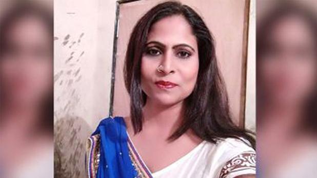 भोजपुरी एक्ट्रेस अनुपमा पाठक ने मुंबई में की आत्महत्या | #TEJASTODAY फिल्मी दुनिया। भोजपुरी अभिनेत्री अनुपमा पाठक ने दहिसर स्थित अपने आवास पर कथित रूप से आत्महत्या कर ली 40 वर्षीय अभिनेत्री ने कथित तौर पर दो अगस्त को आत्महत्या कर ली थी। अपनी मृत्यु से एक दिन पहले वह फेसबुक पर लाइव आई थीं, जहां उन्होंने बताया था कि उनके साथ धोखा हुआ है और वह अब किसी पर भरोसा नहीं कर सकतीं। उन्होंने फेसबुक लाइव में कहा था, यदि आप किसी को अपनी समस्या बताते हैं कि आप जान देने के बारे में सोच रहे हैं तो, कोई भी आदमी चाहे वह कितना अच्छा दोस्त क्यों न हो, वह आपसे दूर रहने को कहेगा, ताकि आपके मरने के बाद वह मुसीबत में न पड़ जाए साथ ही वह आपका दूसरों के सामने अनादर करेगा और मजाक उड़ाएगा इसलिए कभी भी अपनी समस्याओं को किसी के साथ साझा न करें और कभी किसी को अपना दोस्त न समझें। अभिनेत्री ने कहा, ऐसा व्यक्ति बनें जिसपर सब भरोसा करे, लेकिन आप किसी पर न करो. मैंने यह अपने जीवन में सीखा है लोग बहुत मतलबी होते हैं, उन्हें किसी की परवाह नहीं है। भोजपुरी फिल्म और टेलीविजन अभिनेत्री अनुपमा बिहार के पूर्णिया जिले से हैं और काम करने के लिए वह मुंबई में रहती थीं पुलिस ने शिकायत दर्ज कर जांच शुरू कर दी है। रिपोर्ट्स के मुताबिक, घटनास्थल से एक सुसाइड नोट बरामद किया गया है, जिसमें अभिनेत्री ने मलाड में विजडम प्रोड्यूसर नामक कंपनी में 10,000 रुपये निवेश करने की बात ही है, पैसा लौटाने की अंतिम तिथि दिसंबर 2019 थी, पर अभी तक उन्हें पैसे वापस नहीं मिले थे। अपुष्ट रिपोटरें में यह भी कहा गया है कि अभिनेत्री ने कथित रूप से मनीष झा नामक एक व्यक्ति पर आरोप लगाया है कि वह लॉकडाउन के दौरान उनका दोपहिया वाहन अपने गृहनगर ले गया, जिसे अभी तक नहीं लौटाया है।