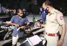 चौकी प्रभारी ने 20 वाहनों का किया चालान | #TEJASTODAY विपिन सैनी जौनपुर। लाइन बाजार थाना क्षेत्र के शीतला चौकियां बड़ागर चौराहे पर रविवार की शाम शीतला चौकियां चौकी प्रभारी विनोद कुमार अंचल व विजय कुमार गौड़ अपने हमराहियों के साथ मिलकर 20 दो पहिया वाहनों का चालान किया। साथ ही बगैर मास्क व हेलमेट न पहनने वालों के खिलाफ अभियान के तहत कार्रवाई की गई। चालान रशीद काटकर वाहन चालकों से जुर्माना वसूला गया।