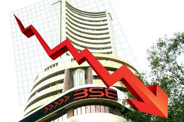 शेयर बाजार में आई 9 साल की सबसे बड़ी गिरावट के साथ शेयर मार्केट बंद | #TEJASTODAY नई दिल्ली। शेयर बाजार में गुरुवार का दिन सबसे खाराब रहा, आपको बता दे कि गुरुवार के सत्र में भारतीय शेयर बाजार करीब 2.5 महीने के निचले स्तर पर बंद हुआ। कोरोना वायरस संक्रमण के मामले दोबारा बढ़ने और अमेरिकी राहत पैकेज को लेकर अनिश्चितता के कारण निवेशकों की चिंताएं बढ़ गई है। गुरुवार को सेंसेक्स 1100 अंकों से ज्यादा टूटकर बंद हुआ। यह 1114 अंकों की गिरावट के साथ 36553 के स्तर पर बंद हुआ। पिछले छह दिनों से बाजार में गिरावट का सिलसिला जारी है। निफ्टी 326 अंक टूट कर 10805 के स्तर पर बंद हुआ। भारतीय शेयर बाजार का रुख ग्लोबल बाजारों के अच्छे संकेतों पर भी निर्भर करता है। जो फिनसेन फाइल लीक मामले के चलते दबाव में चल रहे है। शेयर बाजार में गिरावट का सबसे बड़ा कारण करोना महामारी ही है। दूसरे वेब के डर के कारण यूरोप में पाबंदियां बढ़ाई जा रही हैं।