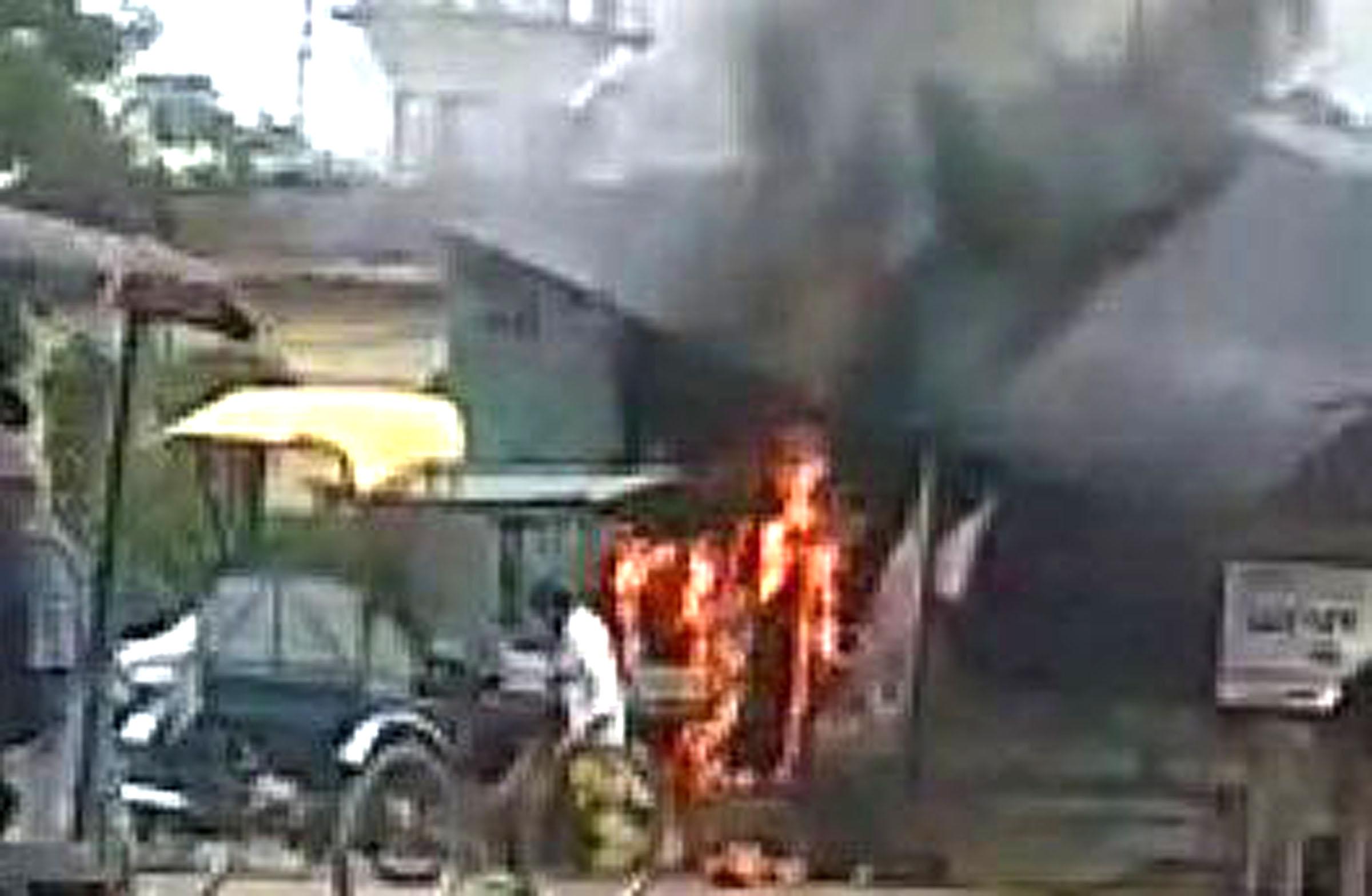 ढाबा में लगी आग से हजारों का सामान जलकर नष्ट | #TEJASTODAY चंदन अग्रहरि शाहगंज, जौनपुर (सं.) 20 सितम्बर। नगर के आजमगढ़ मार्ग स्थित नई सब्जी मंडी के बाहर एक ढाबा में रविवार की सुबह गैस के रिसाव के चलते आग लग गई। जिसमें हजारों का सामान जलकर नष्ट हो गया। गैस एजेंसी कर्मचारियों द्वारा आग पर किसी तरह काबू पाया जा सका। कृषि उत्पादन मंडी समिति (नई सब्जी मंडी) गेट पर स्थित इण्डियन ढाबा की रसोई में खाना बनाने के दौरान प्रातः 10 बजे आग लग गया। देखते ही देखते आग ने विकराल रूप धारण कर लिया। आग इतना भयानक रहा कि लगभग आधे घंटे तक दोनों ओर से आवागमन पूरी तरह ठप हो गया। मौके पर कोतवाली पुलिस भी पहुंच गई। सूचना पर पहुंचे गैस एजेंसी कर्मचारियों ने अग्निशमन यंत्र के माध्यम से आग पर काबू पाया।