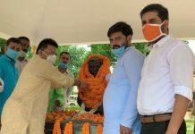 पं. दीनदयाल उपाध्याय ने जनसंघ की स्थापना कर कांग्रेस की जड़े हिलाने का कार्य किये: महेश चंद श्रीवास्तव | #TEJASTODAY जौनपुर। पण्डित दीनदयाल उपाध्याय के जन्मदिवस पर भारतीय जनता पार्टी ने नगर के खरका कालोनी स्थित दीनदयाल पार्क में पण्डित जी की मूर्ति पर जिलाध्यक्ष पुष्पराज सिंह की अध्यक्षता में माल्यार्पण करके गुब्बारे उड़ाये गये। मुख्य अतिथि के रूप में क्षेत्रीय अध्यक्ष महेश चंद्र श्रीवास्तव, मल्हनी चुनाव प्रभारी और प्रदेश में कैबिनेट मंत्री अनिल राजभर उपस्थित रहे। माल्यार्पण के उपरान्त महेश चंद्र श्रीवास्तव ने कहा कि राष्ट्रीय स्वयंसेवक संघ के प्रचारक रहे पंडित दीनदयाल उपाध्याय ने पहली बार कांग्रेस के सामने कोई विकल्प खड़ा किया। 1951 में जनसंघ की स्थापना कर पहले ही चुनाव में दो लोकसभा की सीटें जीतकर कांग्रेस की जड़े हिलाने का कार्य किये। जनसंघ की स्थापना के दशक दर दशक बाद कांग्रेस कमजोर होती चली गई। जनसंघ से निकली भाजपा पिछले 6 साल से कांग्रेस को हटाकर सरकार चला रही है। अनिल राजभर ने कहा कि जनसंघ के जनक पंडित दीनदयाल उपाध्याय छात्र अवस्था में ही आरएसएस के संपर्क में आए और प्रचारक बन गए। जिसके बाद जनसंघ की स्थापना श्यामा प्रसाद मुखर्जी के साथ मिलकर की। जिलाध्यक्ष पुष्पराज सिंह ने कहा कि भारत की सनातन विचारधारा को युगानुकूल रूप में प्रस्तुत करते हुए देश को एकात्म मानववाद नामक विचारधारा दी। वे एक समावेशित विचारधारा के समर्थक थे जो एक मजबूत और सशक्त भारत चाहते थे। राजनीति के अतिरिक्त साहित्य में भी उनकी गहरी अभिरुचि थी। इस अवसर पर जिला महामंत्री सुशील मिश्रा, राम सूरत विन्द, पीयूष गुप्ता, जिला उपाध्यक्ष सुरेंद्र सिंघानिया, अमित श्रीवास्तव, किरण श्रीवास्तव, धनंजय सिंह, राजू दादा, अभय राय, भूपेंद्र सिंह, भूपेंद्र पांडे, राजेश श्रीवास्तव बच्चा भइया, आमोद सिंह, विनीत शुक्ला, विपिन द्विवेदी, रागिनी सिंह, सिद्धार्थ राय, अनिल गुप्ता, इंद्रसेन सिंह, प्रमोद प्रजापति, बटेश्वर सिंह, रोहित गोस्वामी शुभम मौर्य आदि उपस्थित रहे। ब्रेकिंग खबरों से अपडेट रहने के लिए आज ही प्ले स्टोर या इस लिंक पर क्लिक कर tejastoday.com Apps इंस्टॉल करें https://play.google.com/store/apps/details?id=com.tejastoday.news ब्रेकिंग खबरों से अपडेट के लिए इस फोटो पर क्लिक कर हमारे फेसबुक पेज को लाइक करें