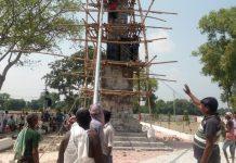 सेनापुर शहीद पार्क का कार्य युद्ध स्तर पर जारी | #TEJASTODAY शहीद स्मारक पर लगा अधिकारियों का तांता केराकत, जौनपुर। स्थानीय तहसील क्षेत्र के सेनापुर गॉव में बन रहे शहीद पार्क व शहीद स्तम्भ का कार्य अंतिम चरण युद्ध स्तर पर जारी है। इस बाबत जब ग्राम प्रधान रमेश कुमार से बात की गई तो उन्होंने बताया कि १५वां वित्त आयोग/मनरेगा से चल रहा है शहीद पार्क का कार्य। जनरेटर लगाकर रात-दिन काम किया जा रहा है, ताकि शेष बचे कार्य को अतिशीघ्र पूरा किया जा सके। देखा गया कि केराकत ब्लॉक से खंड विकास अधिकारी राम दरस चौधरी, ग्राम विकास अधिकारी आसिफ अंसारी, साजिद अंसारी, जेई आरएस, सरजू प्रसाद सहित तमाम अधिकारी व कर्मचारी ५० सफाईकर्मियों का जमावड़ा शहीद पार्क में लगा हुआ है। --इनसेट-- शहीद स्तम्भ में तिरंगे झण्डे का पोल बनकर तैयार केराकत, जौनपुर। शहीद स्तम्भ में ५१ फुट ऊंचे लगने वाले तिरंगे झंडे का पोल बनकर तैयार हो गया। उपजिलाधिकारी की मौजूदगी में किया गया तिरंगे झंडे का ट्रायल। बता दें कि २ अक्टूबर को जिलाधिकारी दिनेश सिंह द्वारा शहीद स्तम्भ में तिरंगा झंडा फहराया जाएगा।