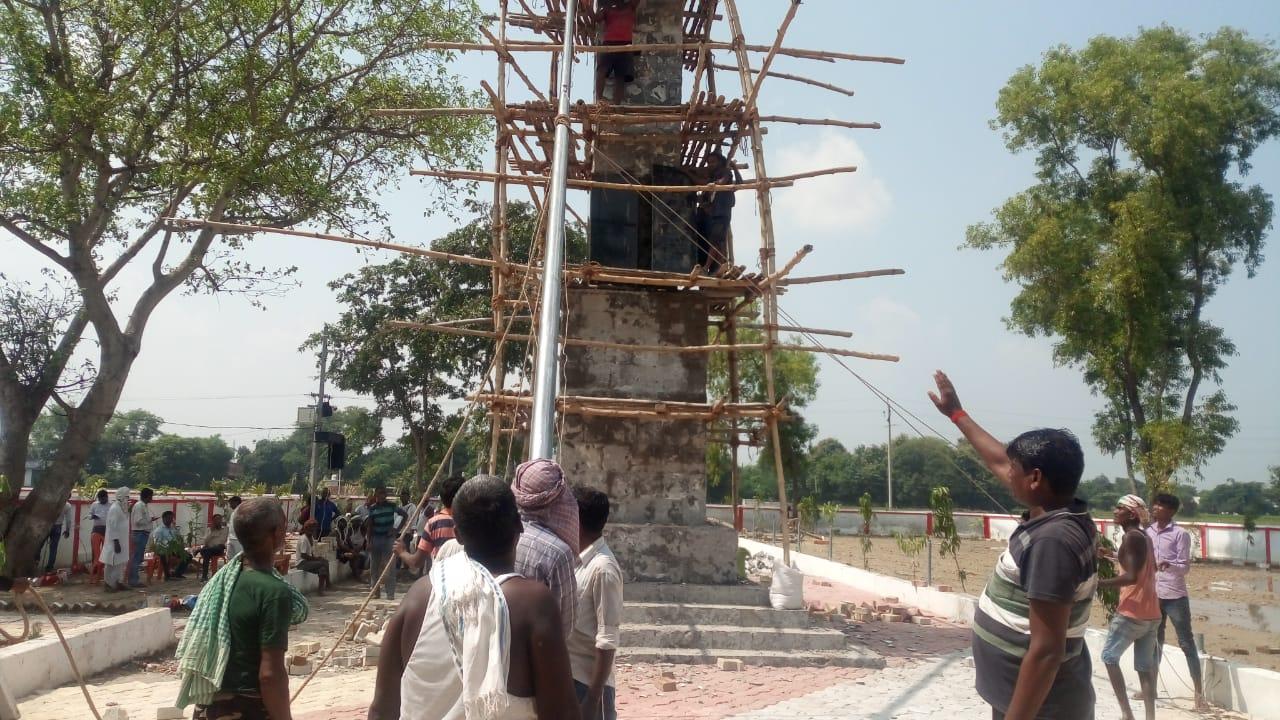 सेनापुर शहीद पार्क का कार्य युद्ध स्तर पर जारी   #TEJASTODAY शहीद स्मारक पर लगा अधिकारियों का तांता केराकत, जौनपुर। स्थानीय तहसील क्षेत्र के सेनापुर गॉव में बन रहे शहीद पार्क व शहीद स्तम्भ का कार्य अंतिम चरण युद्ध स्तर पर जारी है। इस बाबत जब ग्राम प्रधान रमेश कुमार से बात की गई तो उन्होंने बताया कि १५वां वित्त आयोग/मनरेगा से चल रहा है शहीद पार्क का कार्य। जनरेटर लगाकर रात-दिन काम किया जा रहा है, ताकि शेष बचे कार्य को अतिशीघ्र पूरा किया जा सके। देखा गया कि केराकत ब्लॉक से खंड विकास अधिकारी राम दरस चौधरी, ग्राम विकास अधिकारी आसिफ अंसारी, साजिद अंसारी, जेई आरएस, सरजू प्रसाद सहित तमाम अधिकारी व कर्मचारी ५० सफाईकर्मियों का जमावड़ा शहीद पार्क में लगा हुआ है। --इनसेट-- शहीद स्तम्भ में तिरंगे झण्डे का पोल बनकर तैयार केराकत, जौनपुर। शहीद स्तम्भ में ५१ फुट ऊंचे लगने वाले तिरंगे झंडे का पोल बनकर तैयार हो गया। उपजिलाधिकारी की मौजूदगी में किया गया तिरंगे झंडे का ट्रायल। बता दें कि २ अक्टूबर को जिलाधिकारी दिनेश सिंह द्वारा शहीद स्तम्भ में तिरंगा झंडा फहराया जाएगा।