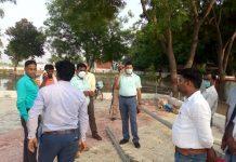 एडीएम ने सेनापुर शहीद पार्क का किया निरीक्षण | #TEJASTODAY केराकत, जौनपुर। स्थानीय तहसील क्षेत्र के सेनापुर गांव में बन रहे शहीद पार्क व शहीद प्रांगण में लग रहे ५१ फुट ऊंचा तिरंगे झंडे निरीक्षण करने अपर जिलाधिकारी राम प्रकाश अपने दलबल के साथ पहुंच गये। इस दौरान उन्होंने शहीद स्मारक पर हो रहे कार्यो का जायजा लिया। साथ ही बचे हुए कार्य को जल्द से जल्द पूरा करने के निर्देश दिए। इस अवसर पर नायब तहसीलदार तीर्थराज सिंह यादव, हेमंत बिंद, खंड विकास अधिकारी, ग्राम विकास अधिकारी आसिफ अंसारी, ग्राम प्रधान रमेश कुमार के सहित खंड विकास केराकत के अधिकारी व कर्मचारी मौजूद रहे।
