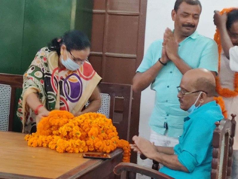 कलेक्ट्रेट कर्मचारियों ने सेवानिवृत्त साथियों को दी विदाई | #TEJASTODAY           जौनपुर। उत्तर प्रदेश मिनिस्ट्रीयल कर्मचारी संघ ने कलेक्ट्रेट स्थित संयुक्त कार्यालय में सेवानिवृत्त कर्मचारियों श्रीमती तारा सिंह, राजेन्द्र प्रसाद यादव, त्रिभुवन यादव व मयाशंकर मिश्र का संयुक्त रूप से विदाई सम्मान समारोह आयोजित किया गया। समारोह की अध्यक्षता प्रशासनिक अधिकारी शौकत अली ने किया।    संघ के अध्यक्ष शिवमोहन श्रीवास्तव ने सेवानिवृत्त कर्मचारियों के लम्बे सेवाकाल को सफलतापूर्वक पूर्ण किये जाने की बधाई देते हुए उनके उज्जवल भविष्य की कामना किया। उपस्थित कर्मचारियों ने अपने सेवानिवृत्त साथियों का माल्यार्पण कर अंगवस्त्रम व श्रीरामचरितमानस भेंट किया।    इस अवसर पर पूर्व अध्यक्ष विजय प्रताप सिंह, प्रमोद कुमार यादव, राजीव कुमार श्रीवास्तव, चन्द्रेश कुमार श्रीवास्तव, बी.डी. सिंह, रमेश चन्द्र श्रीवास्तव, सुनील कुमार सिंह, सविता श्रीवास्तव, विमला सिंह आदि उपस्थित रहे। संचालन पूर्व अध्यक्ष विजय प्रताप सिंह ने किया।