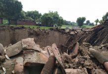बारिश से कच्चा मकान गिरा, सब कुछ नष्ट | #TEJASTODAY थानागद्दी, जौनपुर। स्थानीय क्षेत्र के ग्रामसभा छतरीपुर गोलियान में वर्षा के कारण कच्चा घर अचानक गिर गया। जानकारी के अनुसार उक्त ग्रामसभा निवासीनी पार्वती देवी पत्नी उमाशंकर अपने परिवार के साथ कच्चे आशियाना में सोई थी कि अचानक गिरने की आवाज आयी। जैसे ही वह बाहर की तरफ निकली कि पूरा कच्चा मकान गिर पड़ा। गरीब मजदूर परिवार कच्चा घर गिर जाने के कारण खुले आसमान के नीचे रहने को विवश हो गया। पीडित के अनुसार कच्चे घर में रखा खाद्य सामग्री सहित अन्य सब सामान भी नष्ट हो गये। परिवार वालों ने हल्का लेखपाल को सूचना दिया जिस पर आगे की कार्यवाही शुरु हो गयी।