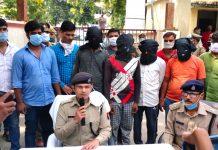 अपहृत बालक को पुलिस ने बरामद कर 5 अभियुक्तों को किया गिरफ्तार | #TEJASTODAY जौनपुर। एसओजी, सर्विलांस व खुटहन एवं खेतासराय की संयुक्त टीम द्वारा अपहृत बालक को मात्र 12 घंटे के अन्दर सकुशल बरामद कर लिया गया। साथ ही 5 अपहरणकर्ताओं को गिरफ्तार भी कर लिया गया। इस बाबत सोमवार को पत्रकारों से वार्ता करते हुये आरक्षी अधीक्षक राजकरन नैय्यर ने बताया कि बीते 27 सितम्बर को खुटहन थाना क्षेत्र अन्तर्गत ग्राम तिघरा प्रवेश अग्रहरि ने लिखित सूचना दिया कि उनका 11 वर्षीय पुत्र जब खेल रहा था तभी दो अज्ञात बदमाश मोटरसाइकिल से आये और उसे अगवा कर ले गये। इस पर धारा 365 भादवि के तहत पंजीकृत दर्ज कर पुलिस लग गयी जिसको देखते हुये 10 टीमों का गठन भी कर लिया गया। त्वरित कार्यवाही करते हुए प्रभारी निरीक्षक खुटहन विजय शंकर सिंह, प्रभारी निरीक्षक खेतासराय राजेश यादव, विवेक तिवारी चौकी प्रभारी सरायमोहिउद्दीनपुर, स्वाट टीम व सर्विलांस टीम की मदद से अपहृत बालक को मात्र 12 घण्टे के अन्दर बरामद कर लिया गया। आरक्षी अधीक्षक ने बताया कि अभियुक्त दीपक गुप्ता निवासी तिघरा थाना खुटहन जो आर्थिक स्थिति को मजबूत करने के लिये लगभग एक माह से अपने गांव के रोहित गुप्ता के साथ अपहरण की घटना के संबंध मे योजना बनाने लगा। दीपक ने इस योजना के तहत प्रवेश अग्रहरि को चिन्हित किया और अपने मित्र खिचड़ू बिन्द निवासी जपटापुर थाना सरायख्वाजा तथा अमन यादव निवासी पुराने थाने के पीछे कस्बा व थाना खेतासराय और रोहित गुप्ता निवासी तिघरा थाना खुटहन व मकान मालिक सुरेश गौतम निवासी जगबन्दनपुर थाना खुटहन के साथ मिलकर प्रवेश अग्रहरि के पुत्र के अपहरण की योजना बनाई। इसी के तहत सभी ने मिलकर उक्त बालक को अपहरण किया। अभियुक्त दीपक ने अपहृत की पहचान करने व साजिश को अंजाम देने में दोनों की मदद की। अपहरण के उपरान्त अपहृत को सुरेश गौतम के मकान में छिपाकर रखा गया था। अपहृत बालक के लिये परिजनों से फिरौती की मांग की जा रही थी। सूचना पर पुलिस टीम द्वारा सुरेश गौतम के मकान पर दबिश दी गयी। इस दौरान अभियुक्तगण द्वारा पुलिस टीम पर कट्टे से फायर कर जानलेवा हमला किया गया जिससे बचाव करते हुए पुलिस टीम द्वारा मौके से पुलिस मुठभेड़ के उपरांत अभियुक्तगण को गिरफ्तार कर अपहृत बालक को सकुशल बरामद कर लिया गया। आरक्षी अधीक्षक ने बताया कि मौके से 3 कट्टा, 3 जिन्दा क