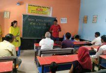 शिक्षक नेता अमित ने अभिभावकों को दी दीक्षा एप्प की जानकारी | #TEJASTODAY सौरभ सिंह सिकरारा, जौनपुर। अंग्रेजी माध्यम प्राथमिक विद्यालय ताहिरपुर में सोशल डिस्टेनसिंग का पालन करते हुय १० अभिभावकों को बुलाकर विद्यालय में एक मिशन प्रेरणा के ई पाठशाला के बारे में जानकारी दी गयी। यह जानकारी विद्यालय के प्रधानाध्यापक व प्राथमिक शिक्षक संघ के जिलाध्यक्ष अमित सिंह द्वारा विस्तारपूर्वक दी गई। इस मौके पर श्री सिंह ने मिशन प्रेरणा के अंतर्गत दूरदर्शन उत्तर प्रदेश चैनल पर आयोजित कार्यक्रम रेडियो पर संचालित आकाशवाणी कार्यक्रम रीडिंग कैंपेन के अंतर्गत टोल फ्री नंबर पर आओ कहानी सुने विद्यालय के व्हाट्सएप ग्रुप पर शासन द्वारा दिये जा रहे ऑनलाइन शिक्षण सामग्री रीड एलांग ऐप्प व दीक्षा एप्प द्वारा किस तरह से बच्चों का शिक्षण हो, इन सब चीजों पर विस्तारपूर्वक चर्चा की। उन्होंने बताया कि कोविड १९ महामारी के दौरान बच्चों का पठन-पाठन सुचारू रूप से संचालित हो, इसके लिए सरकार द्वारा ई पाठशाला के अंतर्गत ये सब कार्यक्रम नियमित रूप से संचालित किये जा रहे हैं। जिन अभिभावकों के पास एंड्रॉयड फोन नहीं है, उनको सिकरारा मॉडल के अंतर्गत वालंटियर्स द्वारा पढ़ाये जाने का कार्य किया जा रहा है। इस अवसर पर दिनेश यादव ने किताब पर अंकित बारकोड स्कैन करना बताया। मंजू जैसवार ने रीड एलांग ऐप्प का प्रयोग करना बताया तथा नेहा जायसवाल ने टोल फ्री नंबर डायल कर कहानी सुनना बताया गया। इस अवसर पर मनोज जायसवाल, माधुरी सिंह, भूपेंद्र सिंह, जितेंद्र सिंह, गीता देवी, चंदू विश्वकर्मा इत्यादि लोग उपस्थित रहे।
