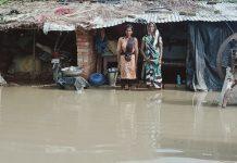 गरीब के आशियाने में ३ दिन से घुसा है पानी, कोई मदद नहीं | #TEJASTODAY खुटहन, जौनपुर। स्थानीय क्षेत्र अंतर्गत ईश्वरपुर सलहदीपुर गांव के एक गरीब परिवार पर गरीबी में आटा गीला वाली कहावत चरितार्थ हो रही है। उक्त परिवार काफी गरीब है जो किसी तरह अपना जीवन यापन कर रहा है। वह परिवार टीनशेड में रहता है। गत दिवस हुई बारिश के चलते पूरे टीनशेड में पानी घुस गया है। गरीब परिवार का पूरा गेहूं, चावल, आटा, दाल सहित अन्य घरेलू सामान डूबकर नष्ट हो गये। वही जानवरों का चारा भी पानी में डूब गया। शनिवार को ३ दिन हो गया लेकिन गरीब परिवार पेट भरने के लिए खाना कैसे बनाये, यह देखने वाला कोई नहीं पहुंचा। हास्यास्पद बात तो यह है कि जनप्रतिनिधि द्वारा अभी तक कोई मदद नहीं की गयी है। बता दें कि गेना पत्नी रामप्रीत यादव की स्थिति पहले से तो खराब रही लेकिन इस संकट से और खराब हो गयी है। वह अपने छोटे-छोटे बच्चों को लेकर परेशान हाल होकर किसी तरह की मदद की आस लगाकर बैठा है।