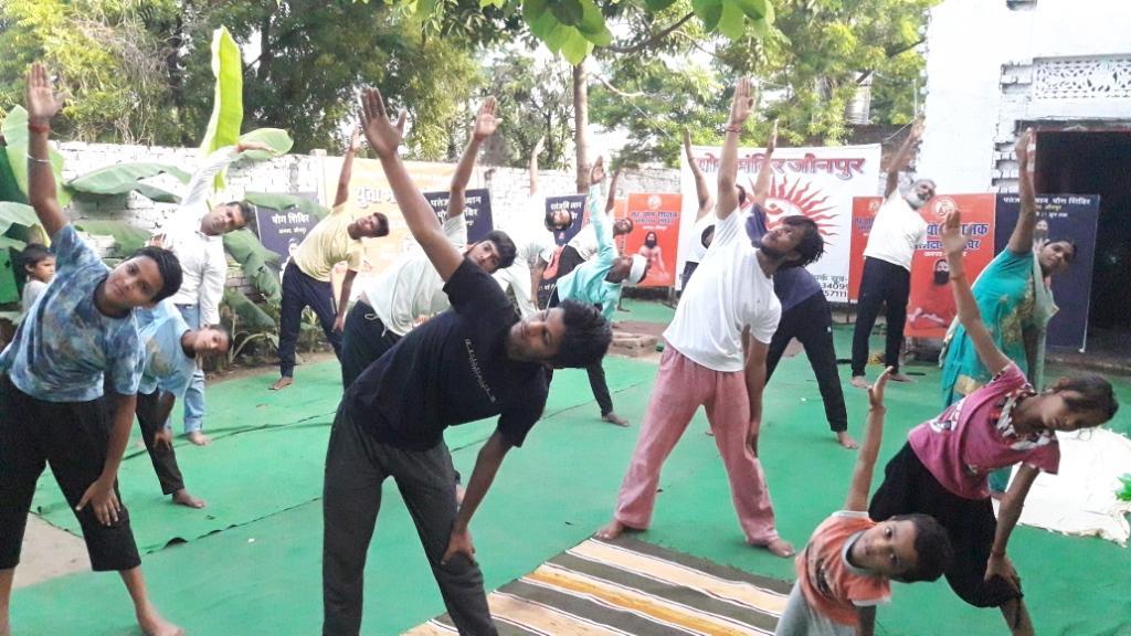 30 दिवसीय योग शिक्षक प्रशिक्षण शिविर का हुआ समापन | #TEJASTODAY जौनपुर। जन-जन को स्वस्थ और खुशहाल रखनें के उद्देश्य के तहत योग गुरु बाबा रामदेव की प्रेरणा से पतंजलि योगपीठ के दिशा-निर्देशन में दिव्य योग मंदिर ईशापुर में आयोजित ३० दिवसीय योग शिक्षक प्रशिक्षण शिविर का बुधवार को समापन हो गया। पतंजलि योग समिति के प्रान्तीय सह प्रभारी अचल हरीमूर्ति, अर्जुन सिंह और त्रियंबकम मिश्रा द्वारा प्रशिक्षुओं को योगाभ्यास के विभिन्न पहलुओं से परिचित कराते हुए विभिन्न आयुवर्ग के साथ रोगानुसार विविध प्रकार के आसनों के साथ ध्यान व प्राणायामों का अभ्यास कराते हुए व्यक्ति के मनोदैहिक स्वास्थ्य पर पड़ने वाले प्रभावों को विस्तार से बताया गया है । श्री हरीमूर्ति ने बताया कि हर व्यक्ति का स्वस्थ और खुशहाल होन्ाा उसका मौलिक अधिकार व कर्तव्य होता है जिसे नियमित और निरन्तर योगाभ्यासों के माध्यम से ही पूरा किया जा सकता है, इसलिए प्रत्येक व्यक्ति को श्वासों की साधना के तहत लम्बे समय तक ध्यान और प्राणायामों का अभ्यास सुनिश्चित करना चाहिये। इस तरह के प्रशिक्षण को लेने के पश्चात कोई भी व्यक्ति सेवा के साथ योग के क्षेत्र में अपना बेहतर कैरियर बना सकता है और आज के इस दौर में युवाओं का रूझान इस क्षेत्र में अप्रत्याशित ढंग से बढ़ा है। इस अवसर पर अधिवक्ता वीरेन्द्र सिंह, अनिल यादव, विकास मौर्य, नीरज, राकेश, संस्कार, आदर्श, सनी, युवराज, उमेश, राकेश, प्रवीण सहित तमाम साधक उपस्थित रहे।