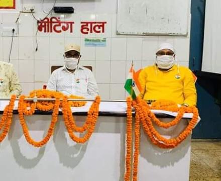 डोभी स्वास्थ्य केन्द्र पर हुई विश्व हृदय दिवस गोष्ठी | #TEJASTODAY डोभी, जौनपुर। स्थानीय क्षेत्र के बीरीबरी में स्थित सामुदायिक स्वास्थ केंद्र डोभी के मीटिंग हाल में मंगलवार को विश्व हृदय दिवस पर गोष्ठी का आयोजन किया गया। बैठक में स्वास्थ्य विभाग डोभी के समस्त अधिकारी कर्मचारी व मरीजों के साथ उनके तीमारदार उपस्थित रहे। गोष्ठी को संबोधित करते हुए चिकित्सा अधीक्षक डा. एसके वर्मा ने हृदय रोग के लक्षणों के विषय में जानकारी दी। साथ ही कहा कि सीने में दर्द, शरीरिक श्रम के बाद अपच, पेट के ऊपरी सिरों में दर्द, घबराहट या पसीने का छूटना, शरीर के किसी अंग या हिस्से में कमजोरी, कंधे या हाथ में दर्द, जबड़े में अचानक दर्द जैसे लक्षण हृदय रोग से संबंधित लक्षण हो सकते है।डा. वर्मा ने हार्ट अटैक पर विस्तारपूर्वक जानकारी देते हुए कहा कि इस सन्क्रामक रोग के लक्षण शुरुआती चरण में दिखाई नहीं देते। अत: इसके बचाव हेतु समय समय पर जांच अवश्य करानी चाहिए। इसी के साथ विश्व हृदय दिवस और इसके जोखिम वाले कारकों पर भी चर्चा की गयी। हृदय रोग होने के करण बताते हुए उन्होंने कहा कि मधुमेह, उच्चरक्त चाप, उच्च कैलेस्ट्राल, मोटापा, अनुचित आहार, शरीरिक निष्क्रियता, तंबाकू सेवन व शराब का उपयोग हार्ट अटैक के मुख्य कारक हैं। श्री वर्मा ने कहा कि इस वर्ष विश्व हृदय दिवस कि थीम 'यूज हार्ट टू बेस्ट कर्डिओवस्कुलर डिजीज' है। गोष्ठी के उपरांत डोभी सीएचसी पर हृदय रोग से संबंधित मरीजों को विशेषज्ञ चिकित्सकों द्वारा सलाह एवं परामर्श दिया गया। इस अवसर पर बड़े बाबू मनोज सिंह सहित सभी चिकित्सक एवं कर्मचारी उपस्थित रहे।