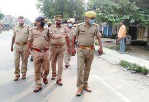 पुलिस ने किया फ्लैग मार्च, शान्ति बनाये रखने की अपील | #TEJASTODAY सौरभ सिंह सिकरारा, जौनपुर। मल्हनी विधानसभा उपचुनाव को शांतिपूर्ण कराने और इस समय शांति व्यवस्था बनाए रखने के उद्देश्य से रविवार को सिकरारा थाना क्षेत्र में पीएसी संग सिकरारा पुलिस ने फ्लैग मार्च निकाला। क्षेत्राधिकारी सदर जितेंद्र दुबे के नेतृत्व में बरईपार, सिकरारा, लाला बाजार में पैदल पुलिस जवानों ने करीब 5 किलोमीटर पैदल मार्च किया। उन्होंने सभी से शांति व्यवस्था बनाए रखने, किसी भी प्रकार की अप्रिय सूचना मिलने पर तत्काल पुलिस को सूचित करने की सलाह भी दी। इस अवसर पर थानाध्यक्ष अंगद प्रसाद तिवारी, उपनिरीक्षक रामशंकर पाण्डेय, पारसनाथ यादव, शमशेर सिंह, ओपी सिंह, रमेश सहित सभी पुलिसकर्मी मौजूद रहे।