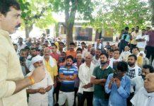 बाँकी गांव में चकबन्दी को लेकर काश्तकारों की बैठक में पहुँचे पूर्व सांसद | #TEJASTODAY चकबन्दी प्रक्रिया निरस्त कराने का दिलाया भरोसा सौरभ सिंह सिकरारा, जौनपुर। स्थानीय क्षेत्र के बाँकी गांव में रविवार को गांव में मनमनाने ढंग से हुई चकबन्दी प्रकिया के बावत बैठक का आयोजन किया गया था। गांव की चकबन्दी कमेटी के सदस्य यशवंत सिंह, विवेक प्रकाश सिंह, दिनेश विश्वकर्मा, पंकज श्रीवास्तव, राजकुमारी देवी, सुषमा देवी की देखरेख में आयोजित बैठक के दौरान क्षेत्र में जनसम्पर्क पर निकले पूर्व सांसद धनंजय सिंह बैठक में पहुंचे तो ग्रामीणों ने अपनी समस्याओं से उन्हें अवगत कराते हुए बताया कि चकबन्दी प्रकिया निरस्त कराने हेतु सभी काश्तकार बीते दो माह से चकबन्दी विभाग से लेकर जिलाधिकारी व प्रदेश सरकार को भी ऑनलाइन शिकायत के साथ धरना-प्रदर्शन किए लेकिन किसी ने उनकी समस्याओं पर ध्यान नहीं दिया। पूर्व सांसद ने काश्तकारों को भरोसा दिलाया कि जब 80 प्रतिशत लोग नहीं चाहते कि चकबन्दी प्रकिया न हो तो चकबन्दी प्रकिया नहीं होने पाएगी। इसके लिए शीघ्र ही विभागीय उच्चाधिकारियों से मिलकर उनकी उपस्थिति में गांव के काश्तकारों की खुली बैठक कराकर चकबन्दी निरस्त करा दी जाएगी। इस दौरान हरिप्रसाद मिश्र, विनय मिश्र, सत्य प्रकाश सिंह, सुरेश सिंह एडवोकेट, मयेन्द्र सिंह, मनोज सिंह, भोला सिंह, बबलू प्रधान, हितेंद्र सिंह, अशोक विश्वकर्मा आदि मौजूद रहे।