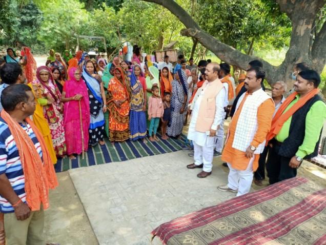 भाजपा प्रत्याशी मनोज सिंह के प्रचार में सांसद बीपी सरोज ने किया तूफानी दौरा | #TEJASTODAY जौनपुर का नं. 1 न्यूज पोर्टल जौनपुर। मल्हनी उपचुनाव में रामदयालगंज मण्डल के प्रवासी सांसद वी पी सरोज ने रामदयाल मंडल के कुद्दुपुर के चौहान बस्ती, पाल बस्ती, बिन्द बस्ती और सरोज बस्ती में घर घर जाकर भाजपा प्रत्याशी मनोज सिंह के पक्ष में वोट मांगा और उन्होंने कहा कि आप लोग वोट कटवा से सावधान रहें वोट उसी को दे जो क्षेत्र का विकास कर सके मात्र एक साल बचा है और इस कोरोना काल मे विधायक निधि भी नहीं है तो जो लोग कह रहे है कि क्षेत्र का विकास करेंगे तो उनसे पूछिये कहा से विकास करेंगे। अगर इस क्षेत्र का विकास हो सकता है तो वो भाजपा के प्रत्याशी करा सकते है इसलिये आप लोग से हाथ जोड़कर प्रार्थना करते है कि भाजपा के प्रत्याशी को जिताइये, प्रदेश के मुख्यमंत्री योगी आदित्यनाथ मल्हनी विधानसभा में विकास की गंगा बहा देंगे, हम लोगों के कथनी और करनी में अंतर नहीं है यह काम योगी जी ने चुनाव की घोषणा होने से पहले ही 115 करोड़ की परियोजना देकर दिखा दी है, कलीचाबाद में यादवेंद्र दुबे के नाम से गोमती नदी पर पुल हो या निषाद राज के नाम से बालिका विद्यालय हो, वी पी सरोज जी ने आगेकहा कि मैं आपको विश्वास दिलाता हूं जो पिछले कई सालों में विकास का काम नहीं हुआ है वह सिर्फ और सिर्फ एक साल में मनोज सिंह के द्वारा होगा। उक्त अवसर पर पूर्व प्रत्याशी सतीश सिंह, प्रदेश मीडिया प्रभारी शैलेश पाण्डेय, जिला उपाध्यक्ष मछलीशहर ब्रह्मदेव तिवारी, वरिष्ठ भाजपा नेता अंजेश सिंह के साथ गणमान्य कार्यकर्ता और गांव के निवासी उपस्थित रहें।