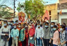 जौनपुर का नं. 1 न्यूज पोर्टल जयघोष के साथ मां दुर्गा की प्रतिमाएं शक्ति कुण्ड में विसर्जित | #TEJASTODAY श्री दुर्गा पूजा महासमिति के नेतृत्व में मां दुर्गा पूजनोत्सव सम्पन्न जौनपुर। श्री दुर्गा पूजा महासमिति के नेतृत्व में शारदीय नवरात्रि 2020 के मां दुर्गा पूजा महोत्सव का समापन दुर्गा प्रतिमाओं को आदि गंगा गोमती के पावन तट पर बने शक्ति कुंड में विसर्जन के साथ भक्तिमय वातावरण में संपन्न हो गया। कोरोना वायरस के रूप में पनपी महामारी को देखते हुये सरकार द्वारा जारी गाइडलाइन का पालन करते हुये महासमिति के नेतृत्व में 125 पूजन समितियों ने प्रतिमाओं को शक्ति कुंड में विसर्जित किया। तमाम प्रशासनिक व पुलिस अधिकारियों की देख-रेख में सम्पन्न हुये कार्यक्रम में नगर के नखास मोहल्ले के विसर्जन घाट पर बने नवदुर्गा शिव मंदिर से पूरे कार्यक्रम को ध्वनि विस्तारक यंत्र के माध्यम से संचालन किया गया। कार्यक्रम का संचालन उपाध्यक्ष अनिल अस्थाना ने किया। कार्यक्रम को सफल बनाने में संरक्षक शोमनाथ आर्य, विंध्याचल सिंह एडवोकेट, श्रीकांत महेश्वरी, विशिष्ट सदस्य महेंद्र विक्रम, अतुल गोपाल मिश्रा, संतोष सिंह, राधेकृष्ण ओझा, निखिलेश सिंह, शशांक सिंह, मोती लाल यादव, मनीष देव, विनोद यादव, डा. अतुल सिंह सहित अन्य पदाधिकारी लगे थे। वहीं विजय रघुवंशी, पुनित पंकज, आनन्द अग्रहरि, गौरव श्रीवास्तव, रामरतन विश्वकर्मा, मनीष गुप्ता, अतुल प्रताप सिंह, रत्नेश सिंह, लालचंद निषाद, सुमित उपाध्याय, राजन अग्रहरि, विजय गुप्ता, मयंक मिश्रा, संदीप जायसवाल, संजय मोदनवाल, शैलेंद्र मिश्रा, संतोष मौर्या, राम प्रकाश यादव, रूसी सोनकर, शनि जायसवाल, चन्द्रशेखर गुप्ता, चन्दन यादव, लालता सोनकर, धीरज जायसवाल, निशाकांत द्विवेदी, श्रीपाल यादव, विष्णु गुप्ता, अमित गुप्ता, दिलीप तिवारी, रतनदीप निषाद, रवि शर्मा, संजय विश्वकर्मा, मोहम्मद शाहिद, शैलेश यादव, डा. नीतीश सिंह, आलोक वैश्य, रोहित निषाद, मनोज मौर्य, संदीप सेठी, महेंद्र अग्रहरि सहित अन्य ने विसर्जन यात्रा को सम्पन्न कराने में महत्वपूर्ण भूमिका निभायी। कार्यक्रम को सफल बनाने में जहां अध्यक्ष विजय सिंह ने सभी के प्रति आभार व्यक्त किया, वहीं महासचिव अनिल साहू ने समस्त पूजन समितियों, जनपदवासियों, समस्त अधिकारियों को धन्यवाद ज्ञापित किया।