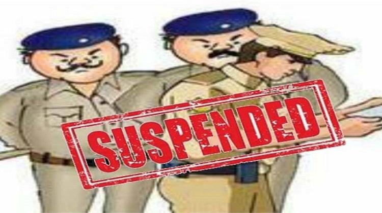 14 लोगों की मौत से सीएम ने किया चार पुलिसकर्मियों को सस्पेंड, जानिए क्या है मामला | #TEJASTODAY मध्यप्रदेश। उज्जैन में जहरीली शराब पीने से अबतक 14 लोगों की मौत हो चुकी है। मरने वालों में 13 मजदूर थे। पोस्टमार्टम रिपोर्ट और पुलिस की जांच से पता चला कि मौतें जहरीली शराब पीने से हुई हैं। सीएमएचओ के मुताबिक मजदूरों की मौत जहरीली शराब जिंजर पोटली पीने से ही हुई है। मामले की गंभीरता को देखते हुए मुख्यमंत्री शिवराज सिंह चौहान ने एसआईटी (SIT) जांच के निर्देश दिए हैं। वहीं इस मामले में अबतक चार पुलिसकर्मियों को सस्पेंड किया जा चुका है। लापरवाही बरतने पर खाराकुआं थाना प्रभारी एमएल मीणा, एसआइ निरंजन शर्मा, कांस्टेबल शेख अनवर और नवाज शरीफ को निलंबित कर दिया गया है। इधर अवैध शराब के खिलाफ कार्रवाई के तहत अबतक 10 आरोपियों को गिरफ्तार किया जा चुका है। पूरा मामला उज्जैन के खारा कुआं थाने इलाके की है। मुख्यमंत्री शिवराज सिंह चौहान ने मामले का संज्ञान लेते हुए घटना की एसआईटी जांच के निर्देश दिए हैं। शिवराज सिंह ने कहा कि यह न सिर्फ उज्जैन बल्कि पूरे प्रदेश में इस तरह के मामलों पर नजर रखी जाए। जहां कहीं भी ऐसे मिलावटी और जहरीले पदार्थों का विक्रय होने की आशंका हो, सख्त से सख्त कार्यवाही की जाए। वहीं राज्य के पूर्व मुख्यमंत्री कमल नाथ ने इस मामले में मौजूदा शिवराज सिंह की सरकार पर आरोप लगाए हैं। उन्होंने कहा कि कांग्रेस सरकार ने माफियाओं पर नकेल कसी गई थी, मगर वर्तमान सरकार इसमें नाकाम रही है। जहरीली शराब मामले में पुलिस ने 550 लीटर अवैध शराब जब्त की है। पुलिस को जांच में पता चला था कि मजदूरों ने सिकंदर, गब्बर और युनूस नामक व्यक्ति से जिंजर खरीदी थी।
