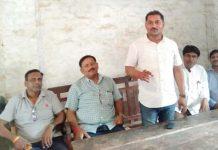जौनपुर के तदर्थ शिक्षकों के साथ सौतेला व्यवहार कर रही सरकारः तिलकराज | #TEJASTODAY जौनपुर का नं. 1 न्यूज पोर्टल जिलाध्यक्ष ने कहा- अन्य सभी जनपदों में तदर्थ शिक्षकों का हो रहा वेतन भुगतान जौनपुर। तदर्थ शिक्षक संघर्ष मोर्चा की बैठक नगर के सरस्वती बाल मंदिर इन्टर कालेज में जिलाध्यक्ष तिलकराज सिंह की अध्यक्षता में हुई जहां उन्होंने कहा कि प्रदेश सरकार जौनपुर के तदर्थ शिक्षकों के साथ लगातार अन्याय कर रही है। जहां अन्य जिलों में तदर्थ शिक्षकों का वेतन भुगतान लगातार हो रहा है, वहीं जौनपुर के तदर्थ शिक्षकों का वेतन भुगतान पिछले 2 वर्ष से रोक दिया गया है। जौनपुर के तदर्थ शिक्षकों के साथ ही ऐसा सौतेला व्यवहार क्यों किया जा रहा है जबकि सभी शिक्षक लगातार शिक्षण कार्य के साथ चुनाव ड्यूटी, मूल्यांकन कार्य कर रहे हैं। अभी हाल में ही 2 महीने पहले सर्वोच्च न्यायालय ने भी तदर्थ शिक्षकों के वेतन भुगतान करने के लिए राज्य सरकार को निर्देशित कर चुका है। उसके बाद भी सरकार ने इन शिक्षकों के वेतन भुगतान के लिए कोई दिशा निर्देश नहीं दिया है। सरकार के जौनपुर के तदर्थ शिक्षकों के साथ ऐसे सौतेले रवैये से शिक्षकों में रोष व्याप्त है। सभी शिक्षकों ने एक सुर में सरकार से मांग किया कि सरकार तदर्थ शिक्षकों के वेतन भुगतान के साथ विनिमित करने की कार्यवाही शिक्षकों की हित को ध्यान में रखकर करे। बैठक में वरिष्ठ उपाध्यक्ष अरुण सिंह, उपाध्यक्ष प्रशान्त सिंह, सत्य प्रकाश सिंह, रविन्द्र दुबे, नीरज सिंह, संदीप मिश्रा, ओम प्रकाश यादव, विमल सिंह, रत्नाकर सिंह, संदीप सिंह, विमल सिंह, अमन श्रीवास्तव, सौरभ सिंह, अजय अस्थाना, मनोज यादव, नवीन सिंह, रोहित यादव, राजेन्द्र सिंह, विनोद यादव आदि उपस्थित रहे। बैठक का संचालन महामंत्री मनोज तिवारी ने किया।