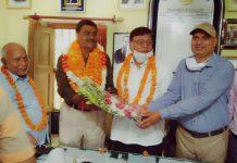 डा. राजीव रतन बने समाजशास्त्र के विभागाध्यक्ष | #TEJASTODAY जौनपुर का नं. 1 न्यूज पोर्टल जौनपुर। नगर के तिलकधारी स्नातकोत्तर महाविद्यालय के स्नातकोत्तर समाजशास्त्र के विभागाध्यक्ष डा. हरिवंश यादव के सेवानिवृति के फलस्वरूप डा. राजीव रतन सिंह ने विभागाध्यक्ष का कार्यभार ग्रहण किया। श्री सिंह वर्तमान में महाविद्यालय के मुख्य अनुशास्ता के अलावा महाविद्यालय के समस्त शैक्षिक गतिविधियों में महती भूमिका निभा रहे हैं। वर्तमान में प्रवेश समिति, रोवर्स रेंजर समिति, स्काउट गाइड समिति, खेलकूद परिषद में भी सदस्य भी हैं। महाविद्यालय में समाज शास्त्र विषय की स्थापना सन 1962 में हुई थी। महाविद्यालय के सभी सह आचार्यों एवं उपाचार्यों ने डा. राजीव को बधाई दिया। बधाई देने वालों में डा. विजय सिंह, डा. राजीव प्रकाश सिंह, डा. अनिल प्रताप सिंह, डा. मनोज सिंह, डा. सिद्धार्थ सिंह, डा. जितेश सिंह, डा. शैलेंद्र सिंह, डा. राजीव सिंह, पूर्व छात्र अतुल यादव, विनय चौहान, रत्नेश प्रजापति, शांतेश्वर मिश्र आदि प्रमुख रहे। अन्त में विभाग के एसोसिएट प्रोफेसर डा. हरिओम त्रिपाठी ने सभी के प्रति आभार व्यक्त किया।
