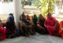 ग्रामीण आजीविका मिशन जागरूकता के तहत महिलाओं की हुई बैठक | #TEJASTODAY जौनपुर का नं. न्यूज पोर्टल जफराबाद, जौनपुर। सिरकोनी विकास खंड के हुंसेपुर गांव में ग्रामीण आजीविका मिशन के तहत महिलाओं की बैठक हुई जहां महिलाओं को उसके बारे में जानकारी दी गई। एडीओ आईएसबी संजीव रतन व ग्राम पंचायत अधिकारी प्रमोद यादव ने महिलाओं को उसके विषय में जानकारी दी। संजीव रतन ने बताया कि समूह बनाने से महिलाओं का विकास होगा। सरकार की सोच है कि महिलाओं को आत्मनिर्भर बनाया जाए। अब शौचालय के रख-रखाव का कार्य तथा पुष्टाहार वितरण का काम भी सरकार समूह की महिलाओं से ही करवायेगी। उसके अलावा जिस भी गांव में राशन की दुकानें सस्पेंड होंगी, वह दुकान भी समूह की महिलाओं द्वारा संचालित किया जाएगा। सरकारी स्कूल में लगने वाले ड्रेस भी समूह की महिलाओं द्वारा सिलाई करवाई जाएगी तथा उनको सिलाई का पैसा दिया जाएगा। सरकार की मंशा है कि महिलाएं आत्मनिर्भर हो अपने पैर पर खड़ी हो, किसी के सामने उन्हें हाथ फैलाने की जरूरत न पड़े। इस अवसर पर एडीओ आईएसबी संजीव रतन, ग्राम पंचायत अधिकारी प्रमोद कुमार, योगेंद्र प्रताप यादव सहित तमाम ग्रामीण महिलाएं एवं पुरुष उपस्थित रहे।