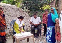 खेत में धान की पराली न जलाने के लिये की गयी बैठक | #TEJASTODAY जौनपुर का नं. 1 न्यूज पोर्टल मछलीशहर, जौनपुर। स्थानीय विकास खण्ड के अमारा गांव में हल्का लेखपाल ने ग्रामीणों के साथ बैठक करके धान की पराली खेत में न जलाने तथा पराली का सही उपयोग करने के लिए जानकारी दिया। गुरूवार को उक्त गांव में हल्का लेखपाल रितम्भरा ने ग्रामीणों के साथ हुई बैठक में बताया कि खेत में पराली जलाने से खेत की उर्वरता बढ़ाने वाले कीट नष्ट हो जाते हैं जिससे खेत की उर्वरता कम हो जाती है। साथ ही पराली जलाने से उससे निकलने वाले जहरीले धुएं से पूरा वातावरण दूषित हो जाता है जो मानव जीवन के लिए बहुत ही खतरनाक साबित हो रहा है। साथ ही इससे मनुष्य तरह-तरह की बीमारियों की चपेट में आ रहे हैं, इसलिए वातावरण को शुद्ध रखने के लिए खेत में पराली न जलायें, बल्कि उस पराली का खाद बनाकर उपयोग में लायें। इससे पर्यावरण सुरक्षित रहेगा। साथ ही खेतों की उपज भी बढ़ेगी जिससे किसानों को अच्छा लाभ भी होगा।
