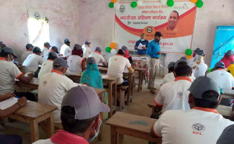प्रशिक्षणोपरांत आरपीएल बैच का हुआ मूल्यांकन | #TEJASTODAY जौनपुर। जलालपुर क्षेत्र के लहंगपुर त्रिलोचन में यूपीएसडीएम के तीन दिवसीय आरपीएल प्रशिक्षण योजना के अंतर्गत तीसरे दिन मूल्यांकन के उपरांत कार्यक्रम सम्पन्न हुआ। त्रिलोचन महादेव में लहंगपुर स्थित ज्ञानोदय इंटर कालेज में रूलर मेसन की एक बैच, मेसन जनरल की दो बैच का प्रशिक्षण सोमवार को प्रारम्भ हुआ था। इस मौके पर उत्तर प्रदेश कौशल विकास मिशन के एमआईएस मैनेजर शिवम सिंह ने बताया कि सरकार की योजना हर हुनरमंद को प्रमाणीकरण करने की है जिसके तहत यह प्रशिक्षण राजगीर मिस्त्री का कार्य करने वाले लाभार्थियों दिया गया है जिनका मूल्यांकन आज होने के बाद इन्हें प्रमाण पत्र भी दिया जाएगा जिससे प्रशिक्षणार्थी को किसी कंस्ट्रक्शन साइट पर कार्य प्राप्त करने में आसानी होगी। इसके दौरान रूलर मेसन बैच के 50 प्रशिक्षणर्थियों व मेसन जनरल बैच के 100 प्रशिक्षणर्थियों में शत-प्रतिशत उपस्थिति थी। मूल्यांकन सेंचुरियन यूनिवर्सिटी से आये मूल्यांकनकर्ता राजीव कुमार ने किया। इस अवसर पर कौशल विकास मिशन के प्रशिक्षण प्रदाता उद्योग विकास संस्थान के जिला समन्वयक भीमसेन, प्रबंधक मंगल चौहान, अनुज पटेल समेत प्रशिक्षणर्थी उपस्थित थे।