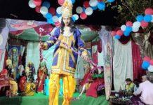 जौनपुर का नं. 1 न्यूज पोर्टल धनुष टूटते ही श्रीराम के जयघोष से गूंज उठा पण्डाल | #TEJASTODAY मुंगराबादशाहपुर, जौनपुर। स्थानीय नगर के बभनौटी मोहल्ले में चल रही श्री साधू महाराज की रामलीला में मिथिला नरेश राजा जनक के दरबार में सीता स्वयंवर के दौरान प्रभु श्रीराम द्वारा भगवान शिव जी के धनुष के टूटते ही समूचा पंडाल श्रीराम के जयघोष से गूँज उठा। बताते हैं कि नगर के बभनौटी निवासी ख्यातिलब्ध संगीतकार यज्ञ नारायण साधू महाराज द्वारा इस रामलीला का शुभारम्भ वर्ष 1956 में किया गया था। तब से लेकर वर्तमान समय तक लगातार इस रामलीला का मंचन होता चला आ रहा है। साधू महाराज के निधन के पश्चात यह परम्परा उनके परिवार के भागवत प्रसाद त्रिपाठी द्वारा संभाली गयी जो निर्वाध रूप से जारी है। यह रामलीला शारदीय नवरात्रि के प्रथम दिन से प्रारम्भ होकर पंचमी तिथि को धनुष यज्ञ महोत्सव के साथ धूमधाम से सम्पन्न होती है। उक्त रामलीला को सम्पन्न कराने में रवीन्द्र प्रसाद त्रिपाठी, सर्वेश त्रिपाठी आदि ने सहयोग किया।